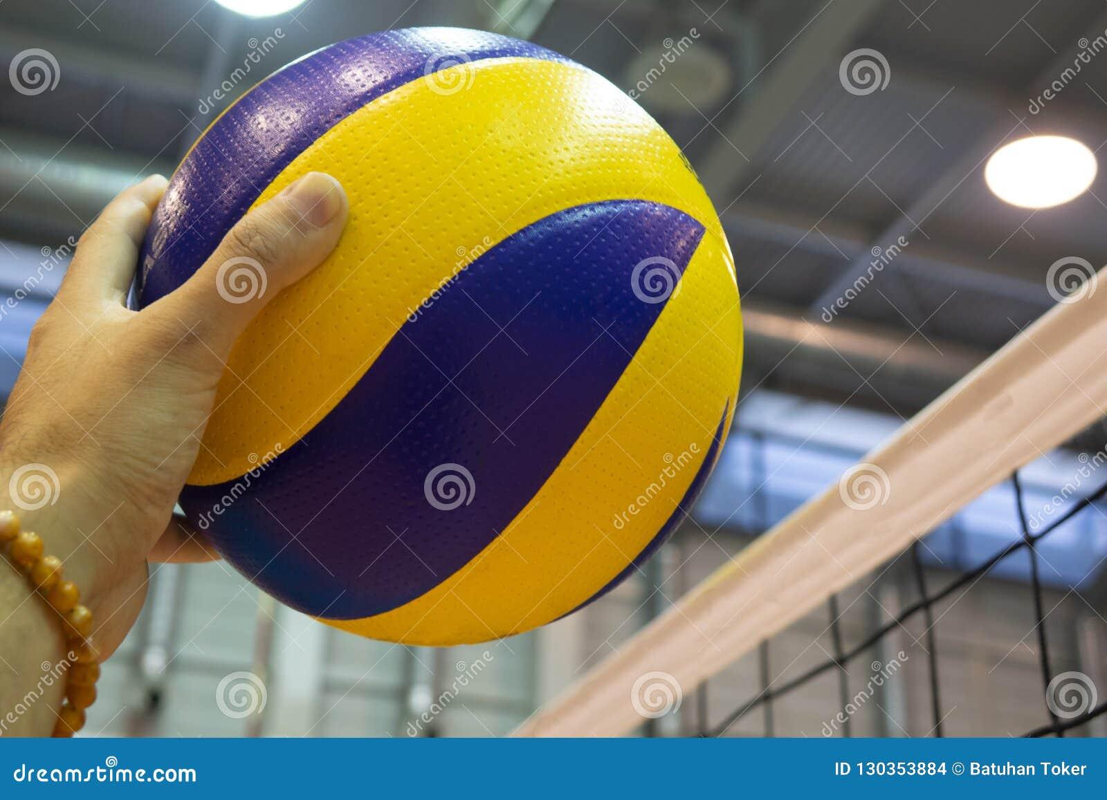 Voleibol Amarelo-azul no assoalho no gym