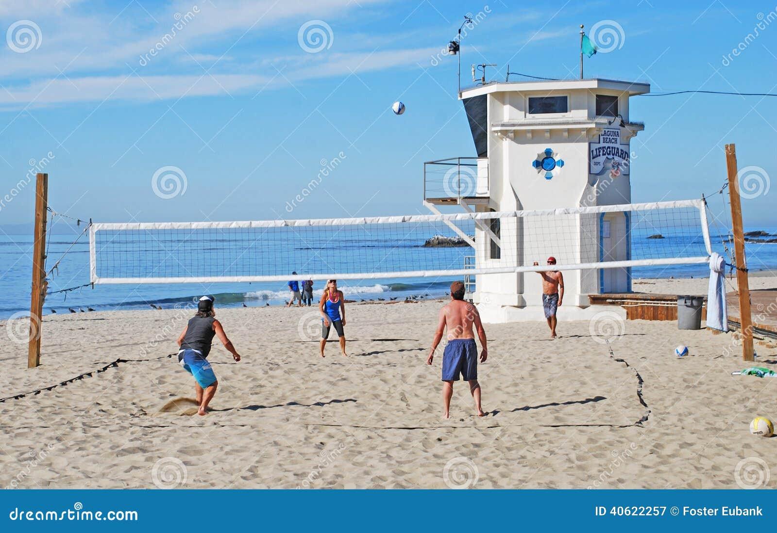 Voleibol cerca del salvavidas Tower, Laguna Beach, CA