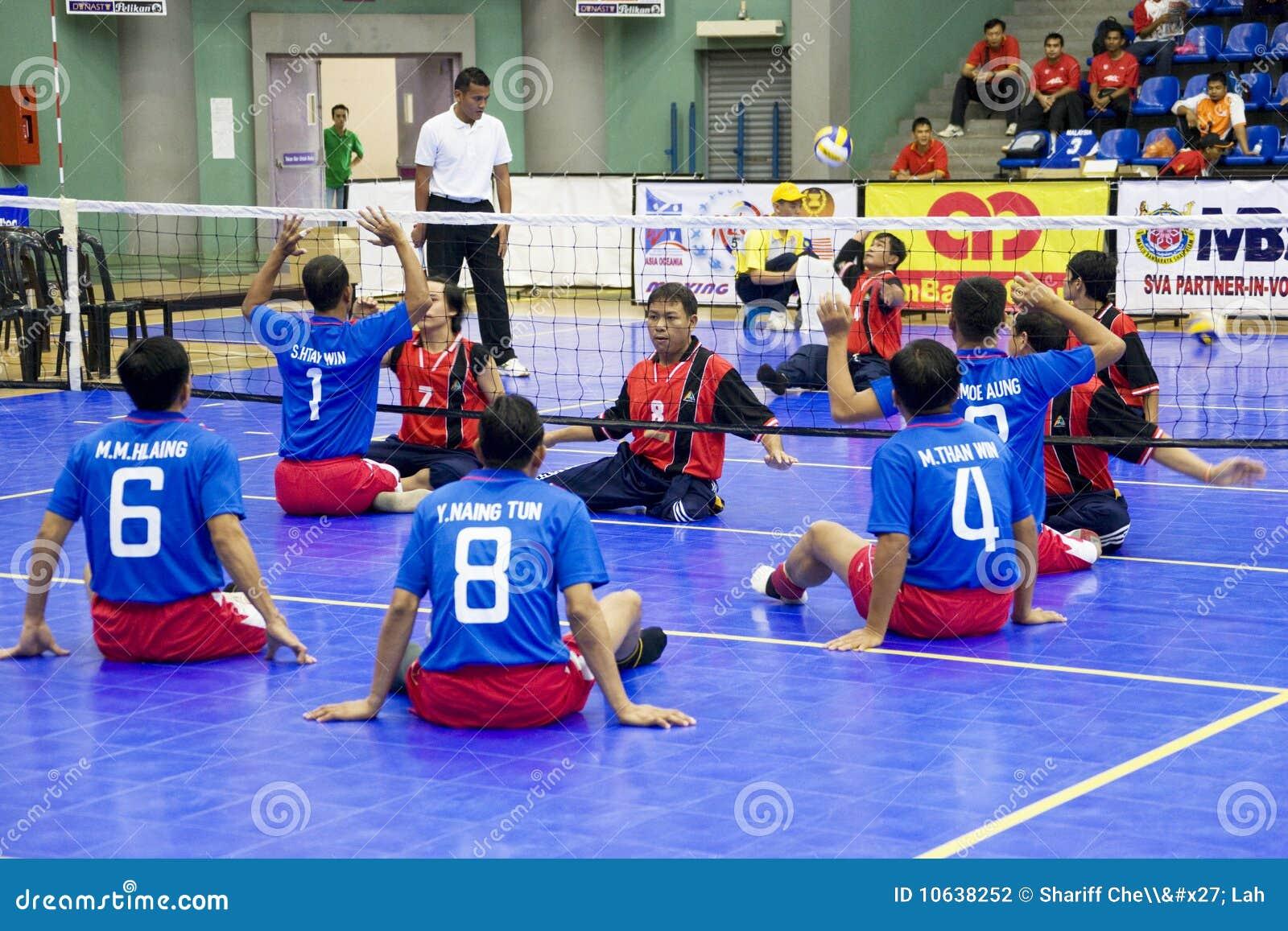 Voleibol de la sentada de los hombres para las personas lisiadas