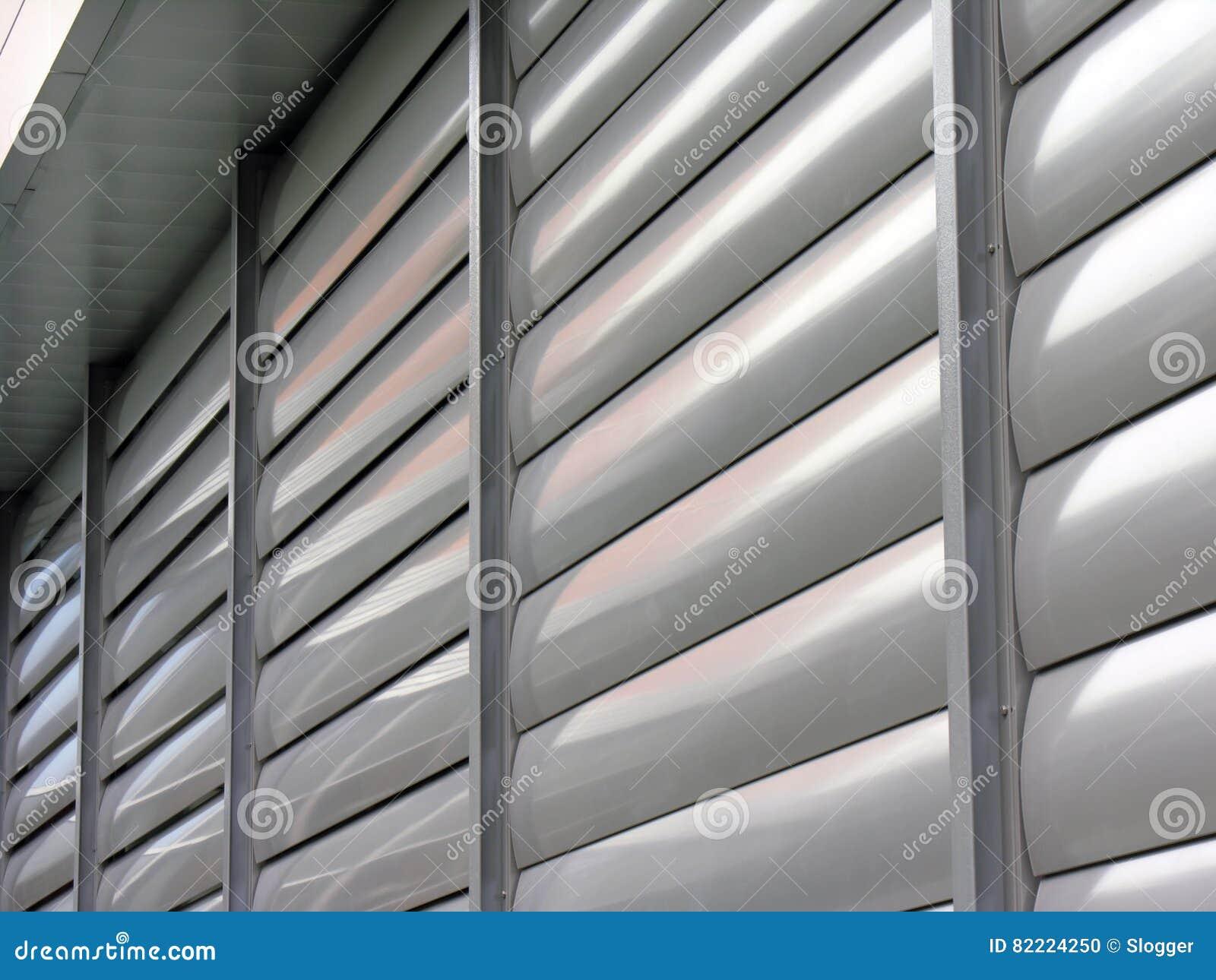 Volet métallique de fenêtre à l immeuble de bureaux photo stock