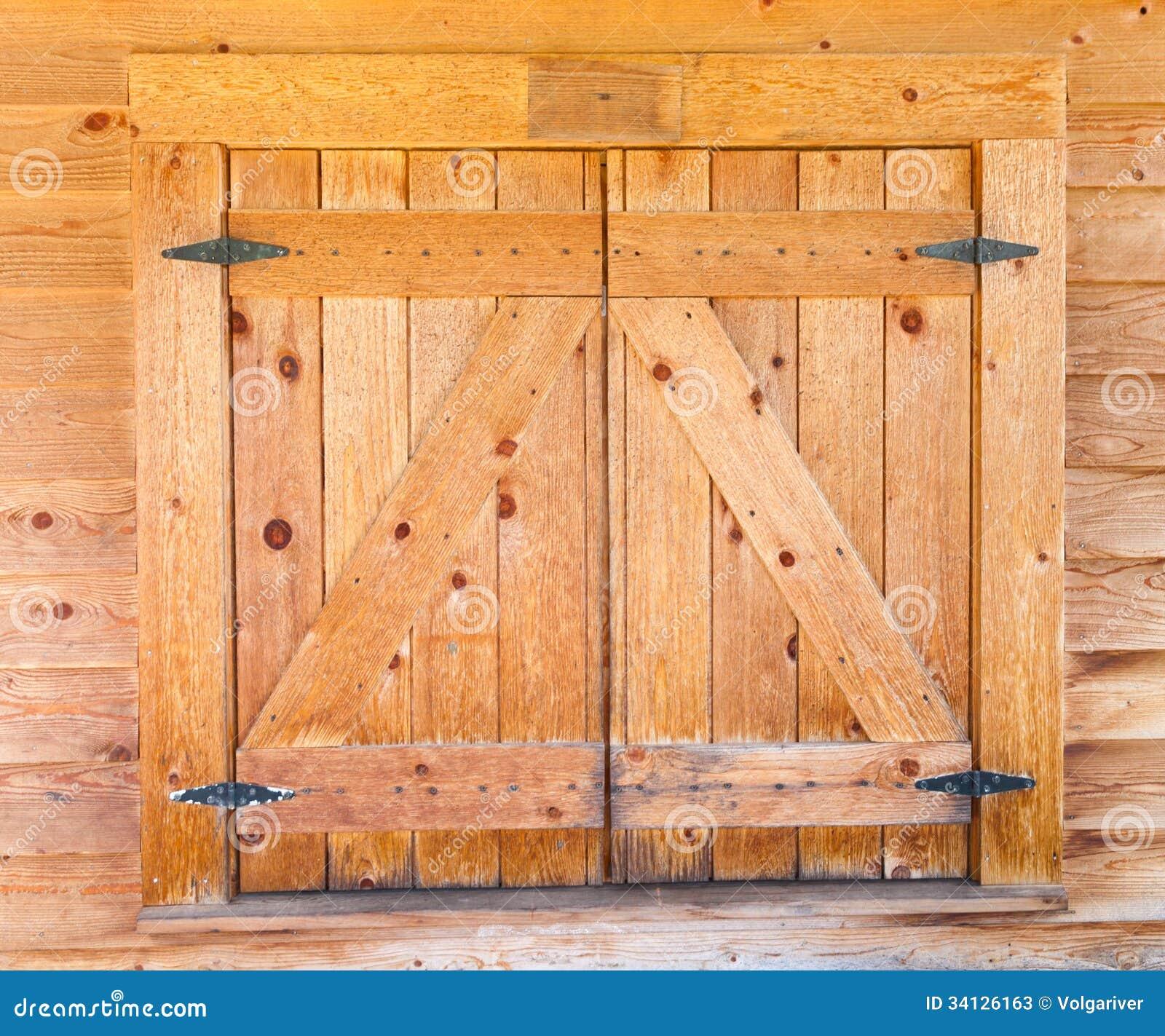 Volets en bois de fenêtre avec des charnières de fer