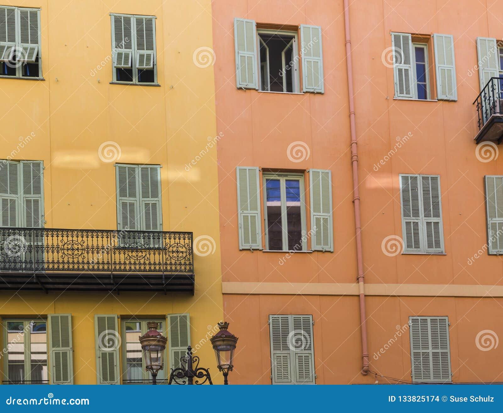 Couleur Volet En Provence volets et windows sur les maisons colorées à nice, france