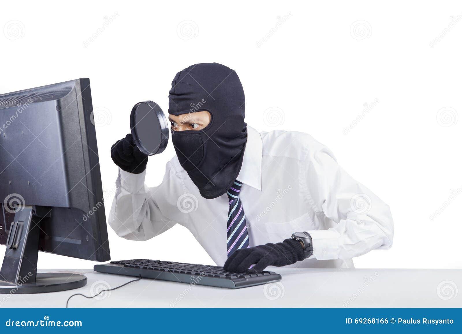 Voleur à l aide de la loupe pour voler l information