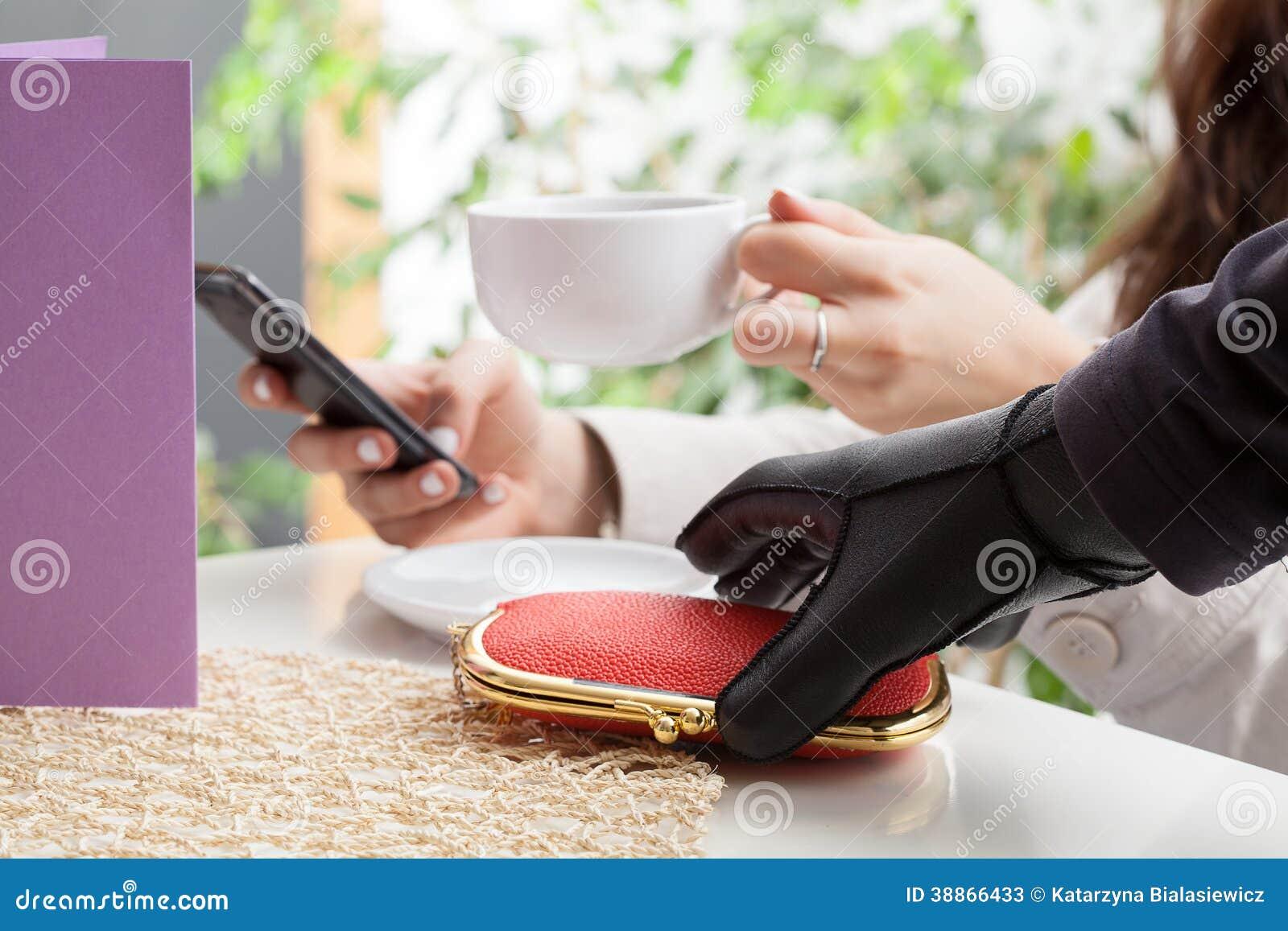 Voleur dans un café