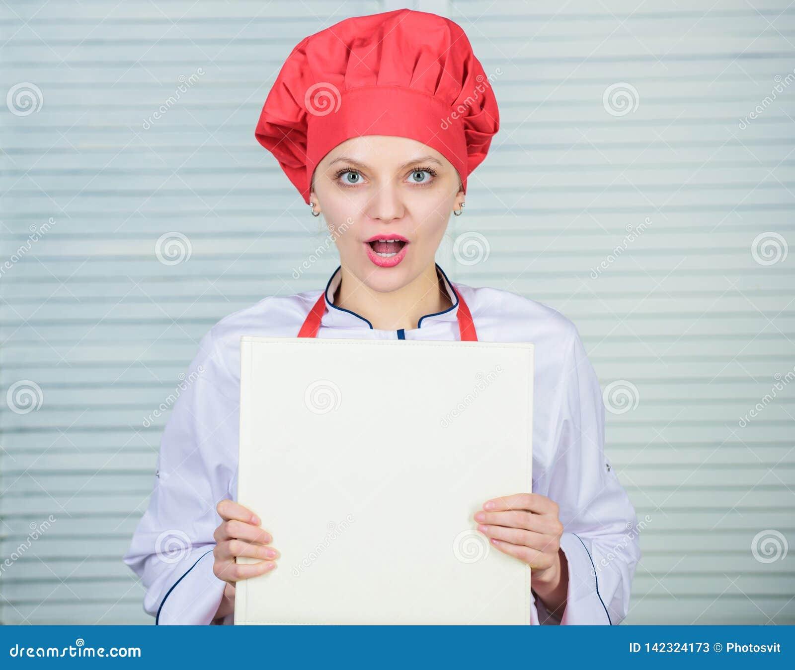 Volgens recept Het kokende voedsel van de vrouwenchef-kok Culinair concept Amateurkok gelezen boekrecepten Het meisje leert recep