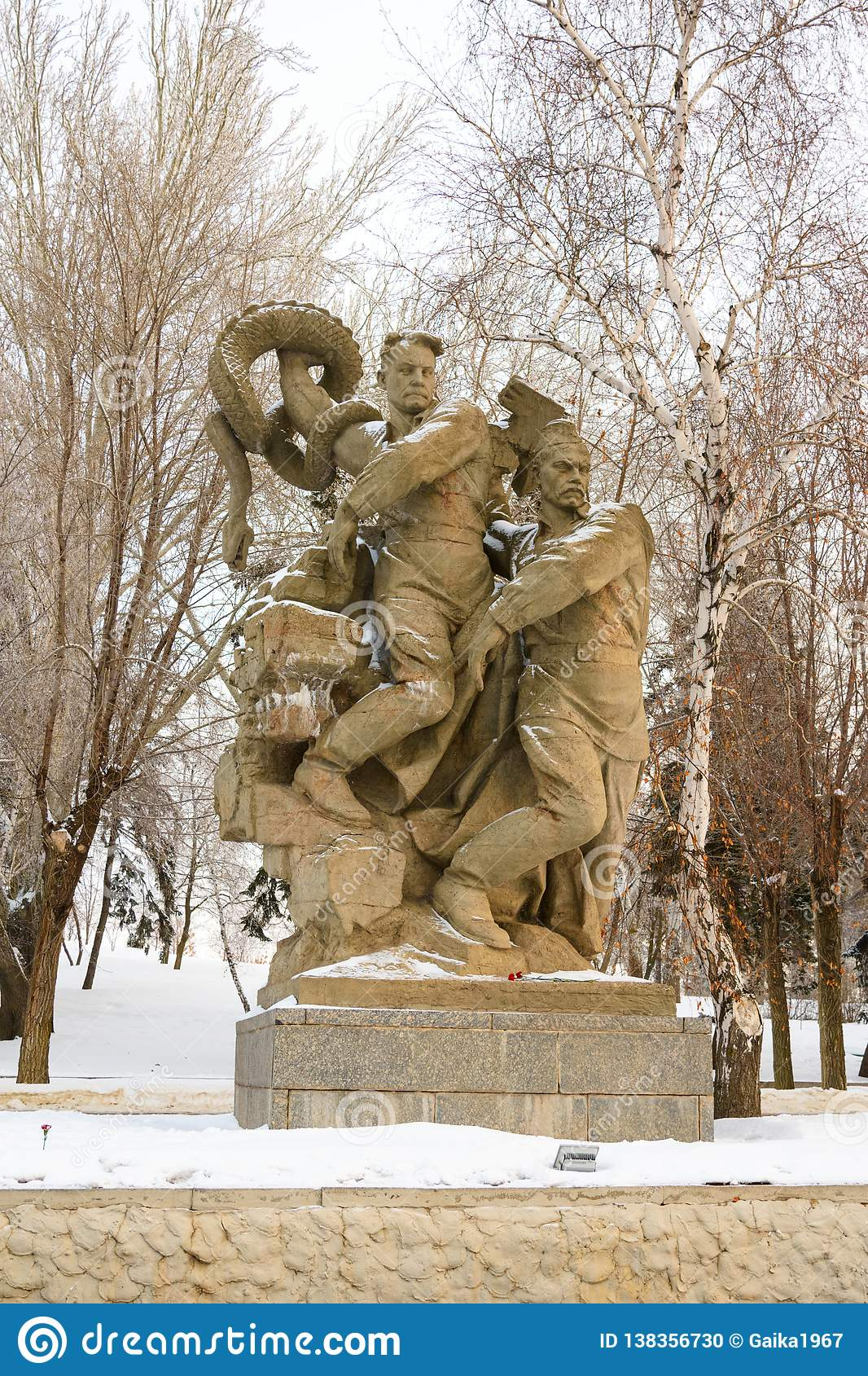 Volgograd Россия - 3-ье февраля 2019 Скульптурный состав - сброс давления фашизма в квадрате героев на Mamayev Kurga
