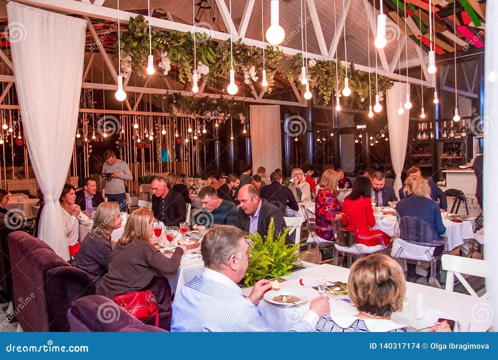 Volgograd, Rusland - februari, 2019: Vele mensen dineren in het restaurant Helder Licht