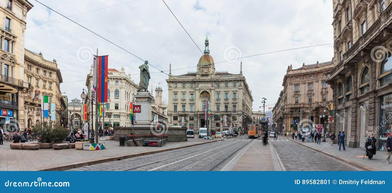 Volkeren in verfraaid Dante Avenue en Piazza Cordusio in Milaan