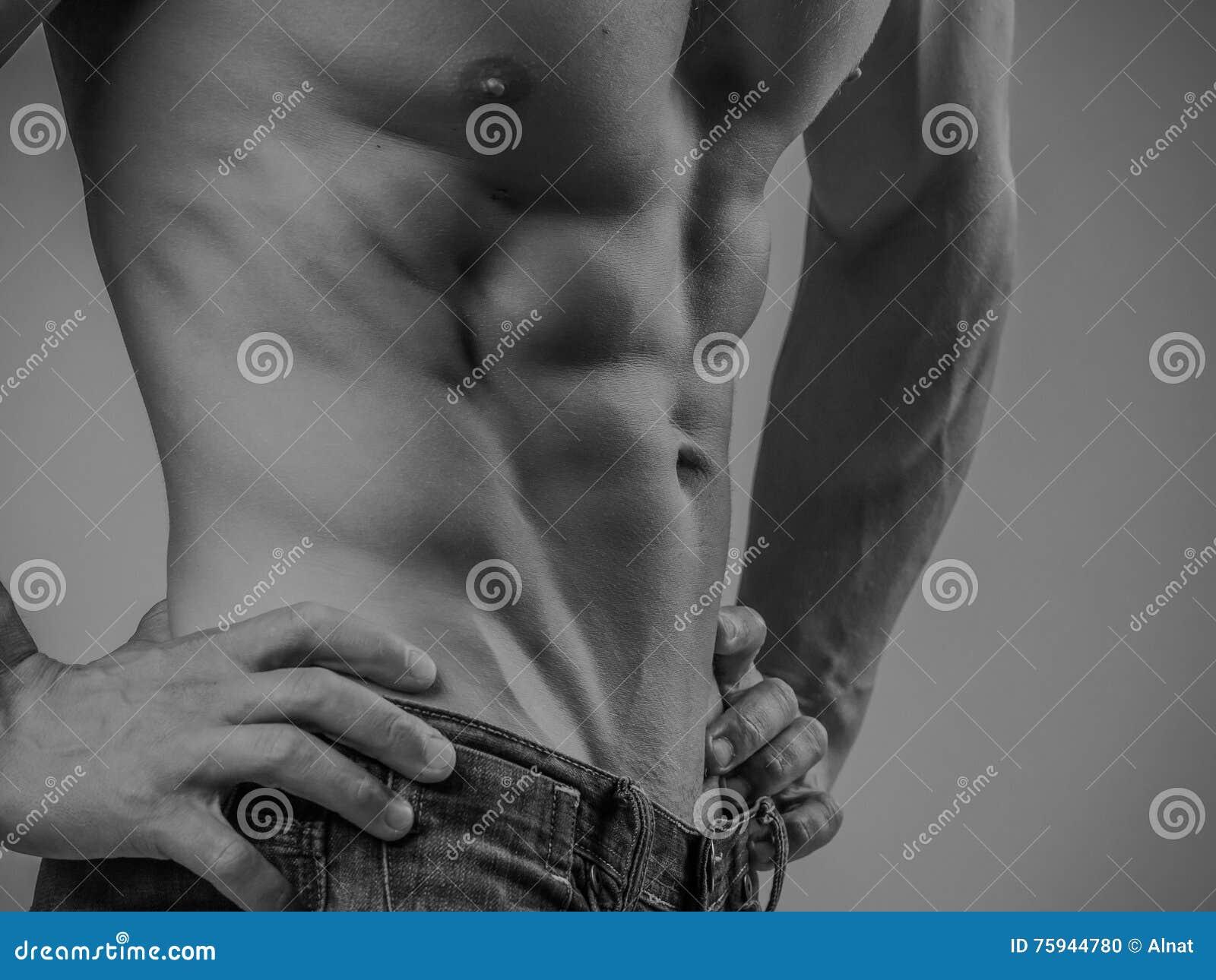 Volkomen geschikte shirtless jonge mens
