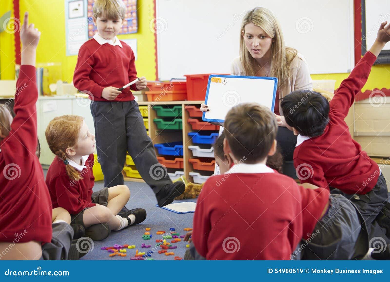 Volksschule-Schüler Lehrer-Teaching Spelling Tos