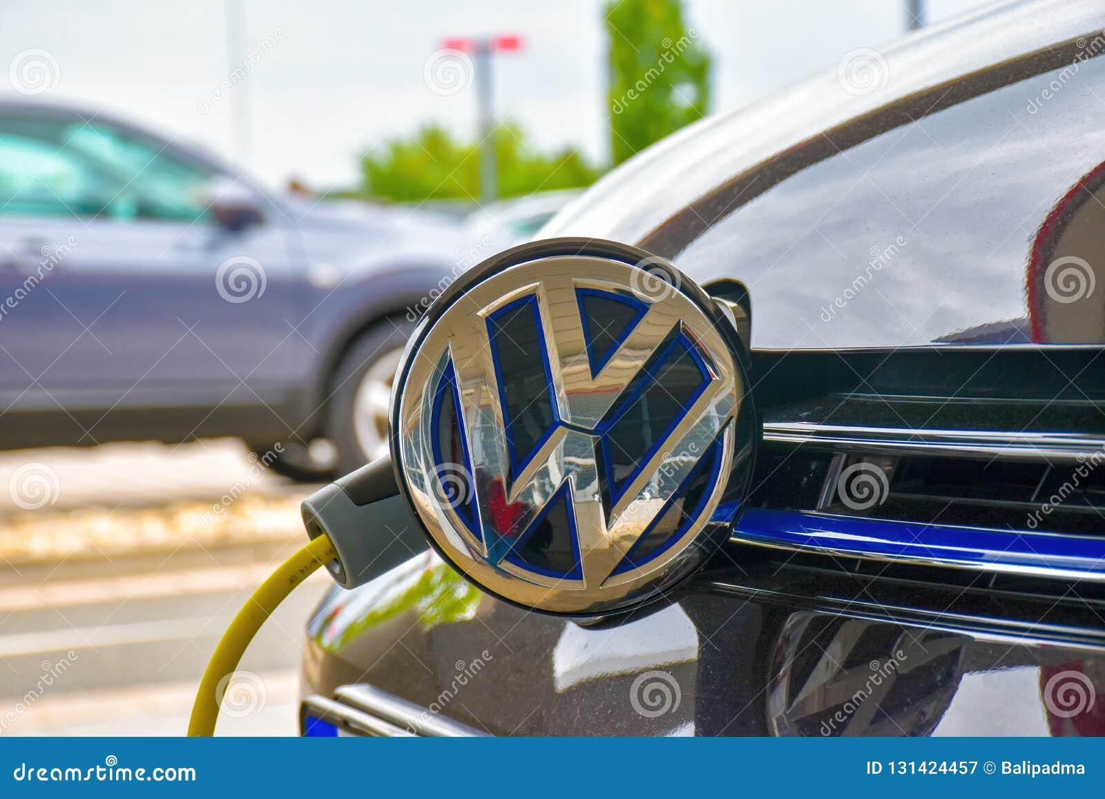 Volkswagen Golf GTE wordt geladen bij een het laden post