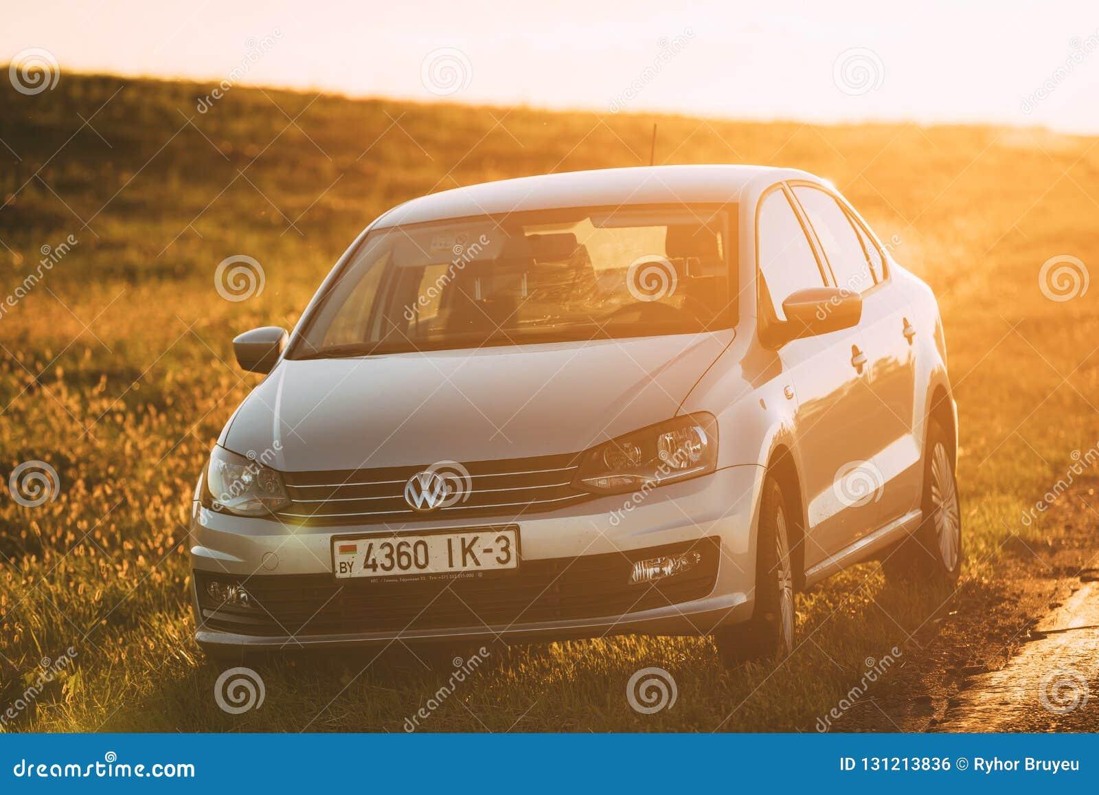 Volkswagen Polo Car Parking On en vägren av landsvägen under