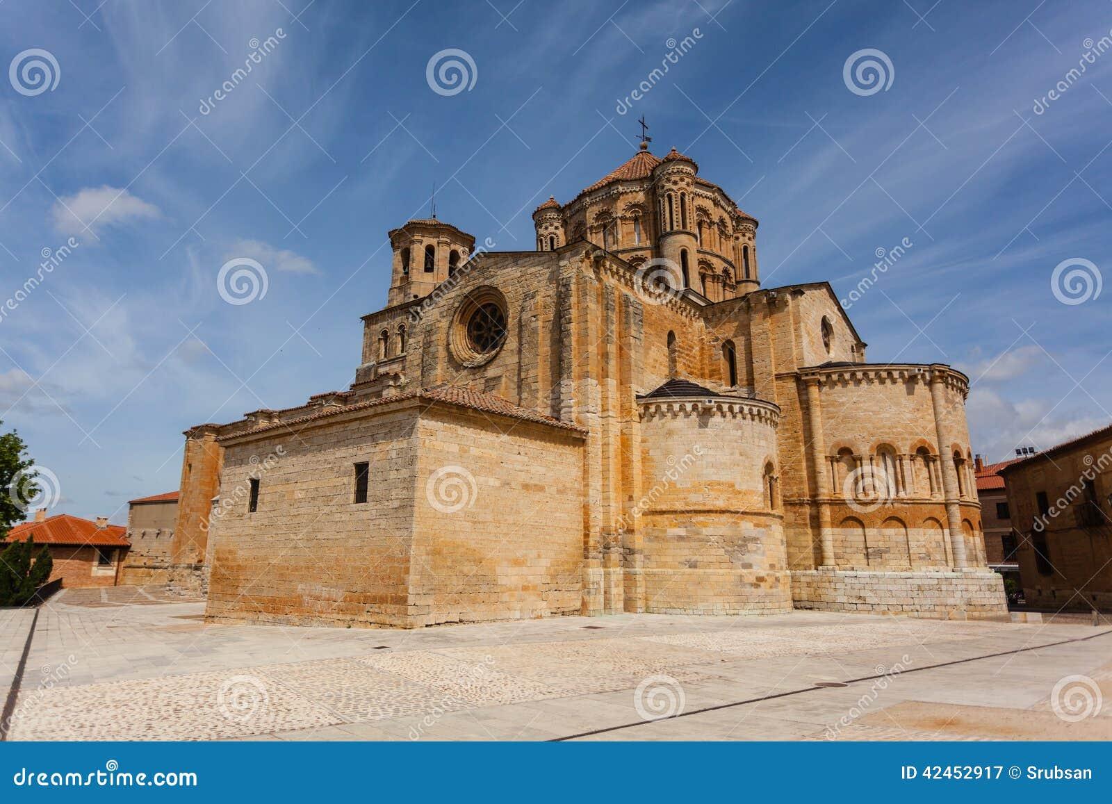 Voll- Ansicht der Toro-Romanesquecollegekirche