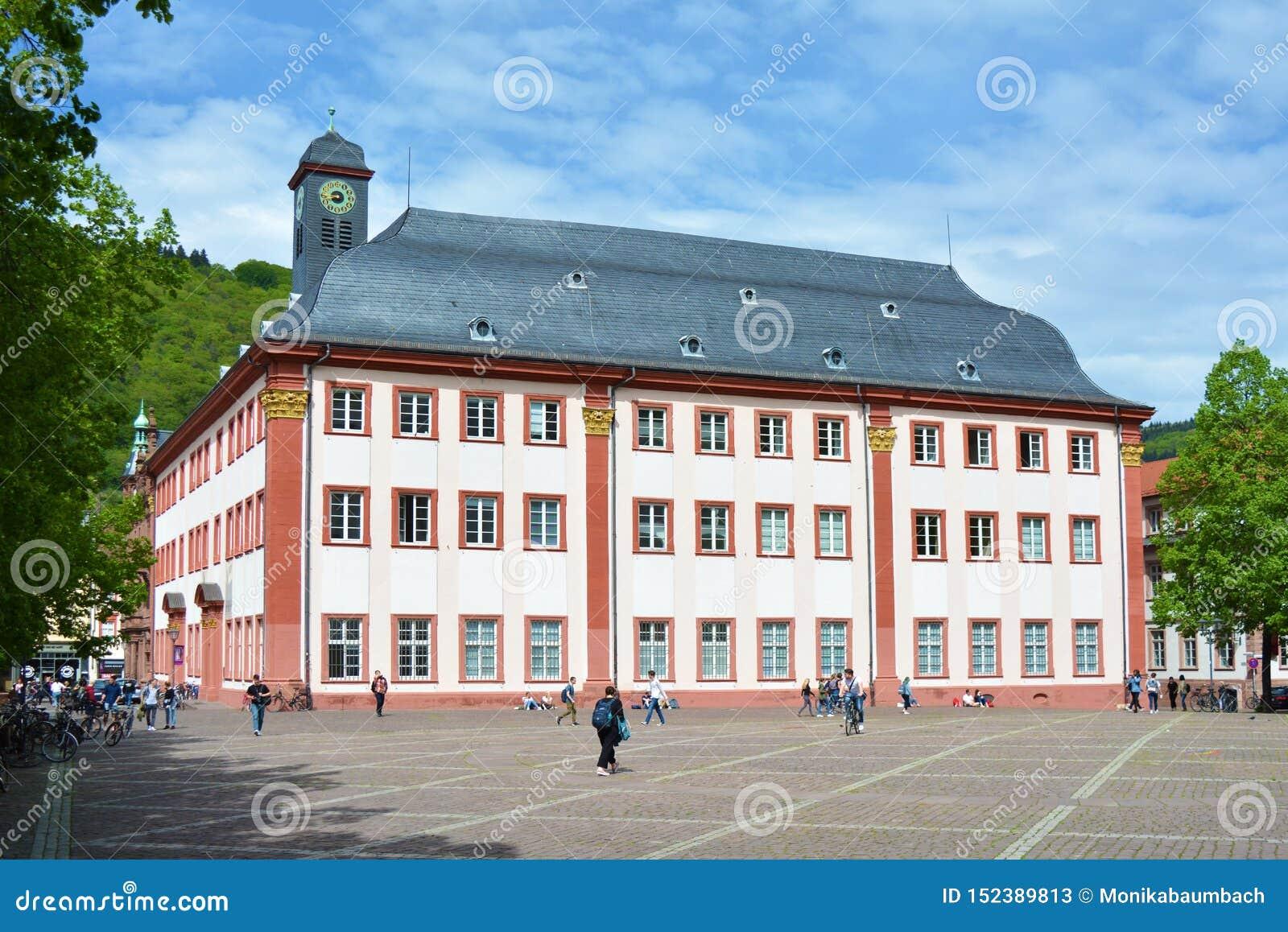 Voll- Ansicht des alten historischen Hochschulgebäudes, das jetzt als Treffen oder Konzertsaal im Stadtzentrum benutzt wird