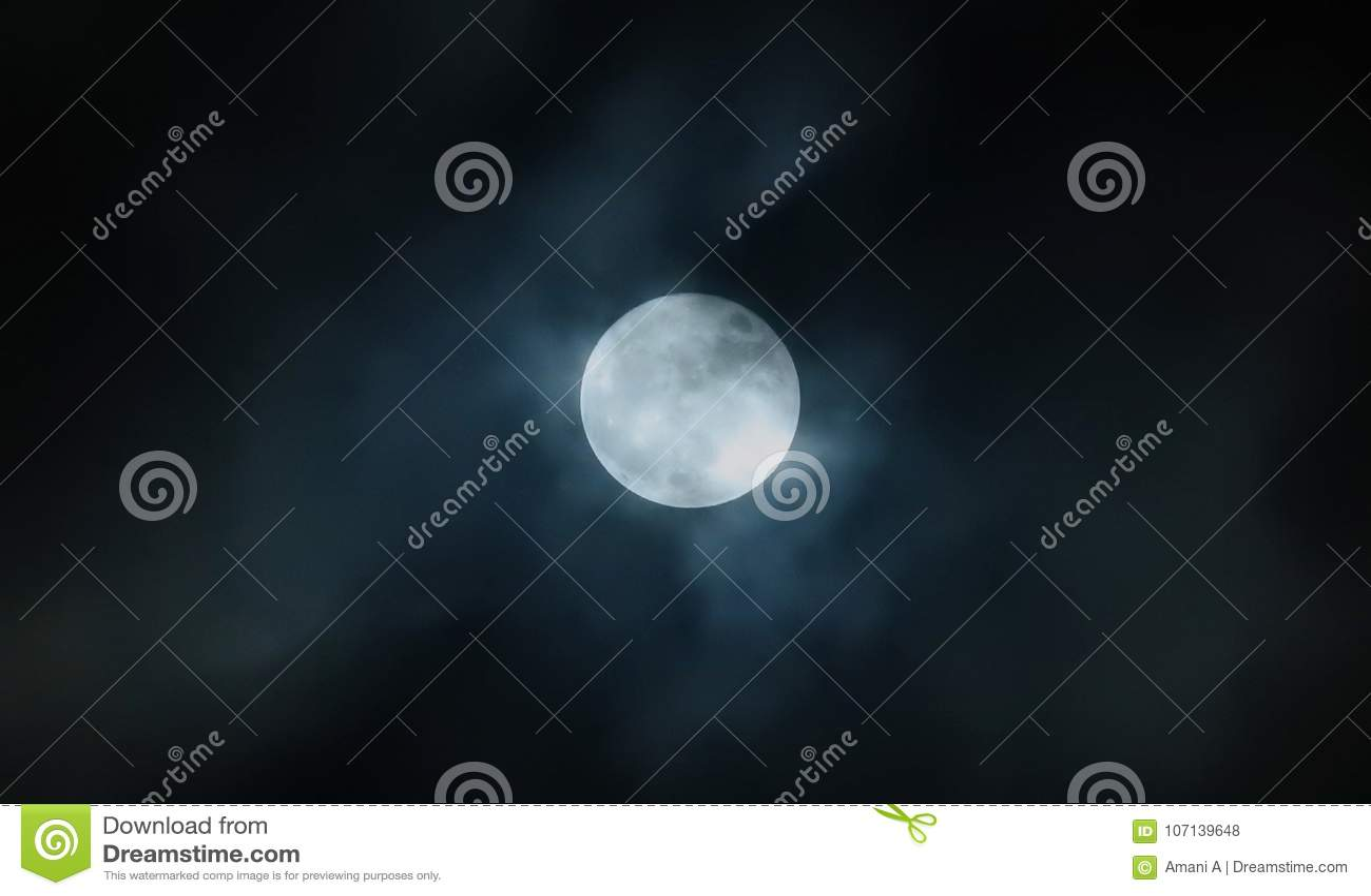 Volle maan in bewolkte hemel
