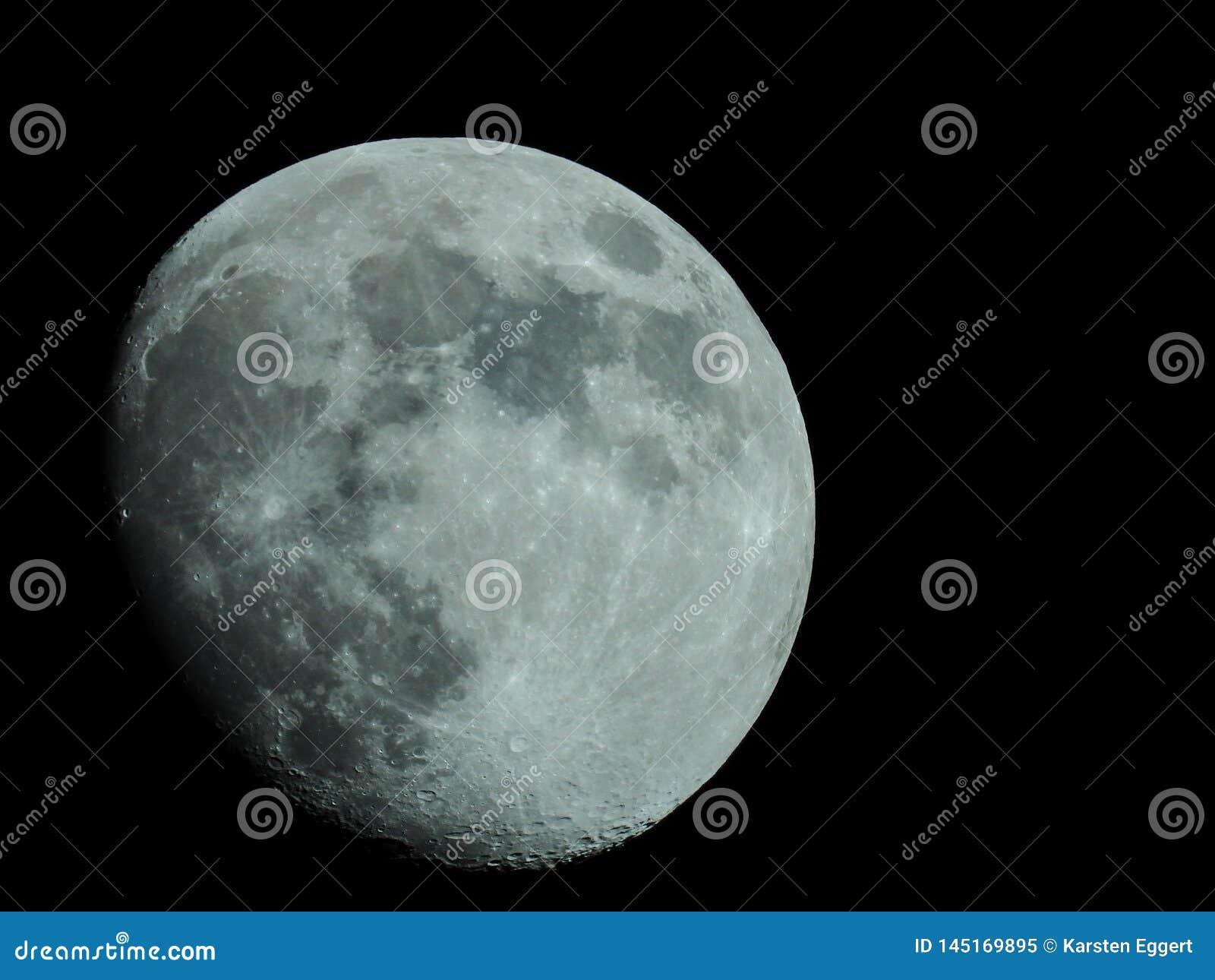 Volle maan bijna in de nachthemel