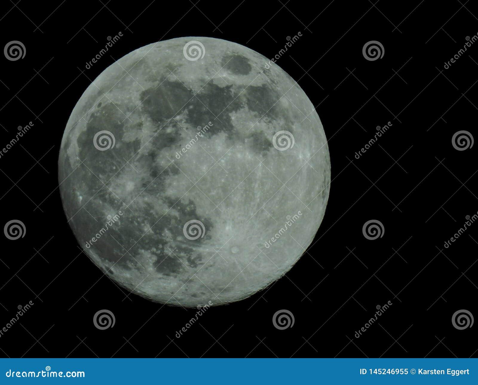 Volle maan in de sterrige nachthemel