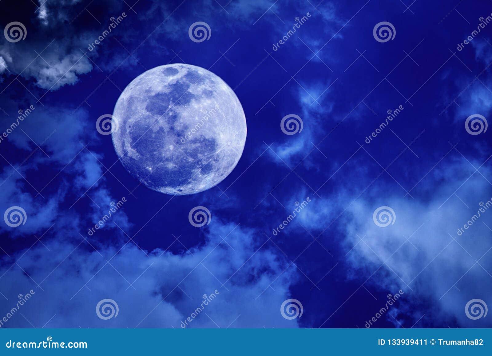 Volle maan in Donkerblauwe Hemel
