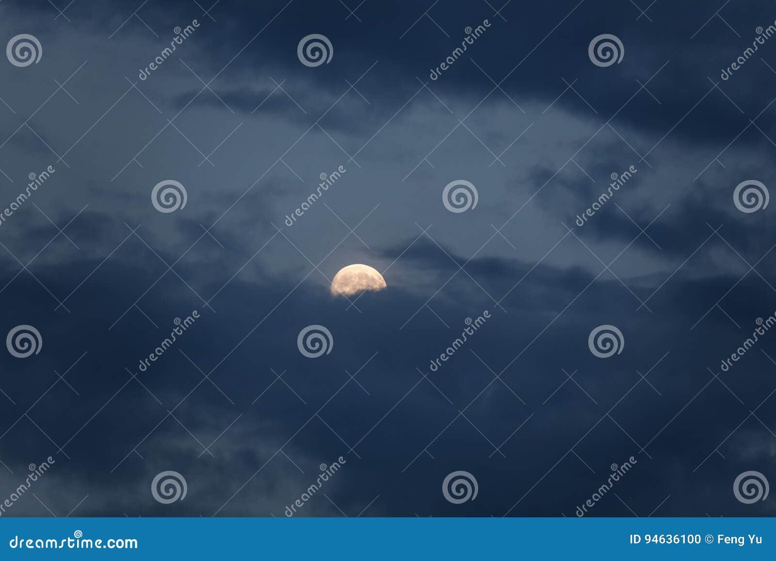 Volle maan met donkere wolk