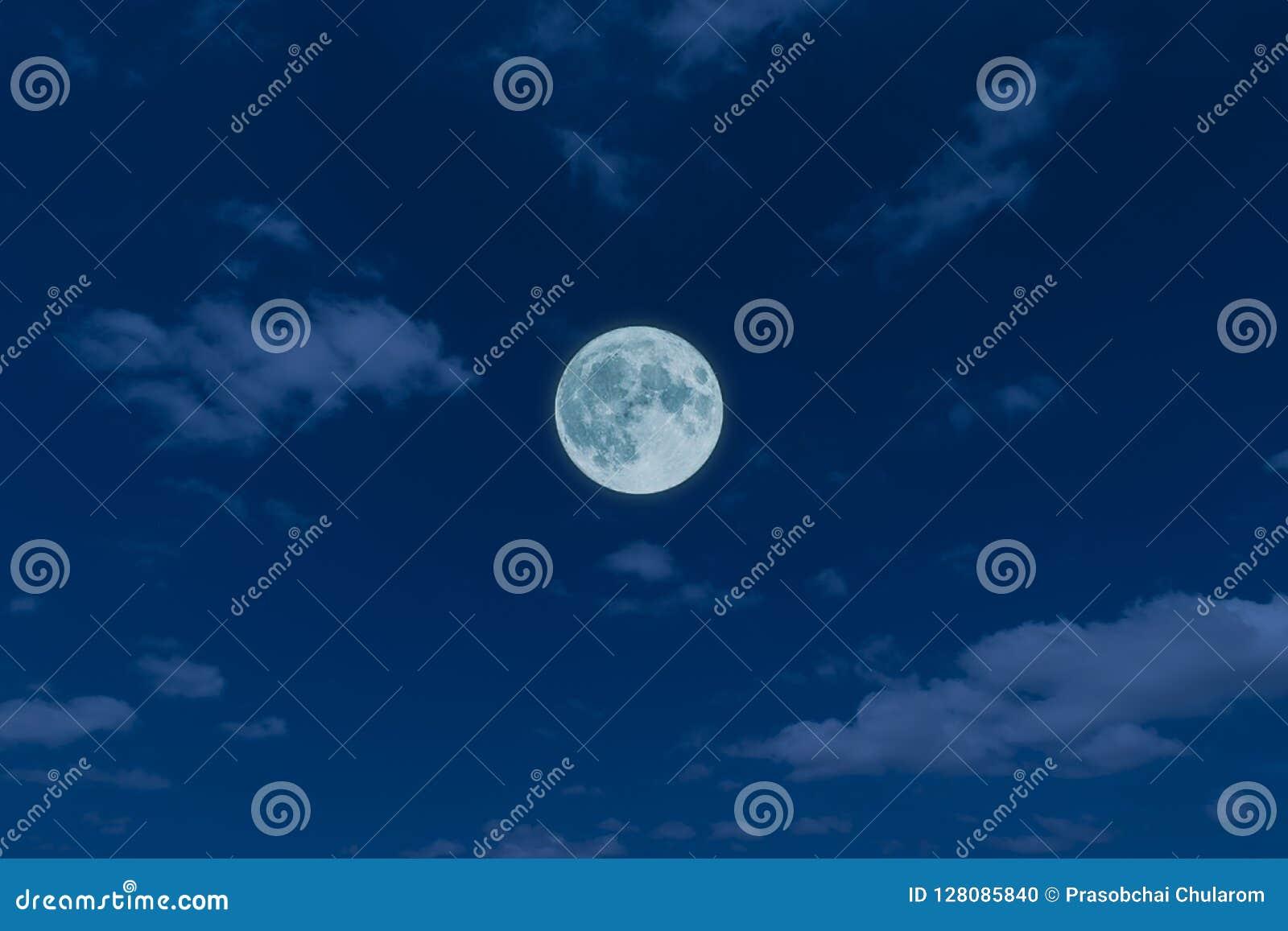 Volle maan, wolken en hemel met in de nacht