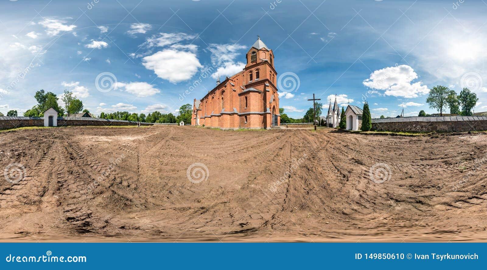 Volledig naadloos hdripanorama 360 van de rode de baksteengraden voorgevel van de hoekmening van kerk in decoratieve middeleeuwse