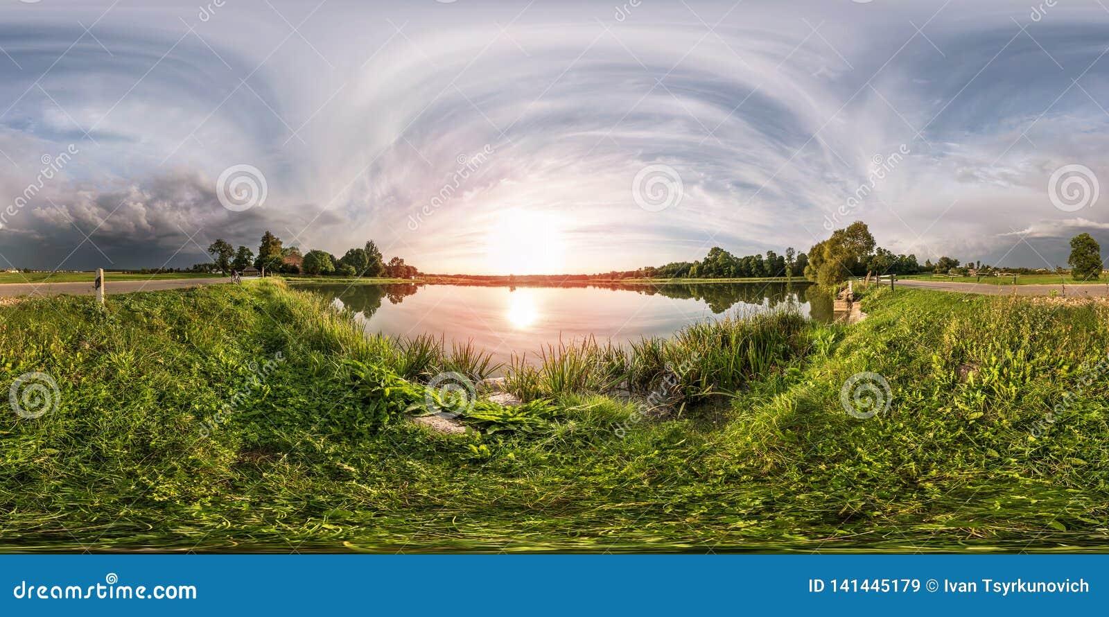 Volledig naadloos sferisch panorama 360 door hoek 180 bekijkt op de kust van meer in avond vóór onweer in equirectangular project