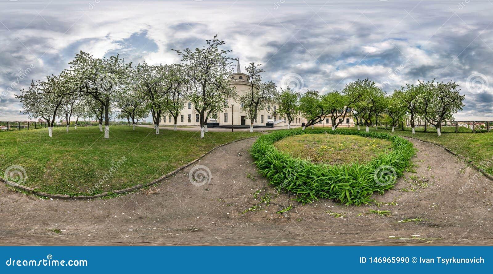 Volledig naadloos sferisch panorama 360 van de hoekgraden mening in de bloeiende boomgaard van de appeltuin in equirectangular pr