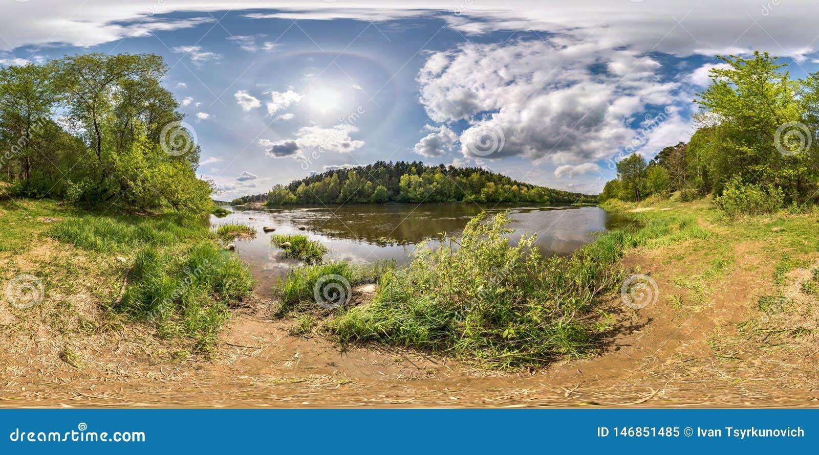 Volledig naadloos sferisch panorama 360 van de hoekgraden mening op de kust van brede rivier neman met binnen halo en mooie wolke