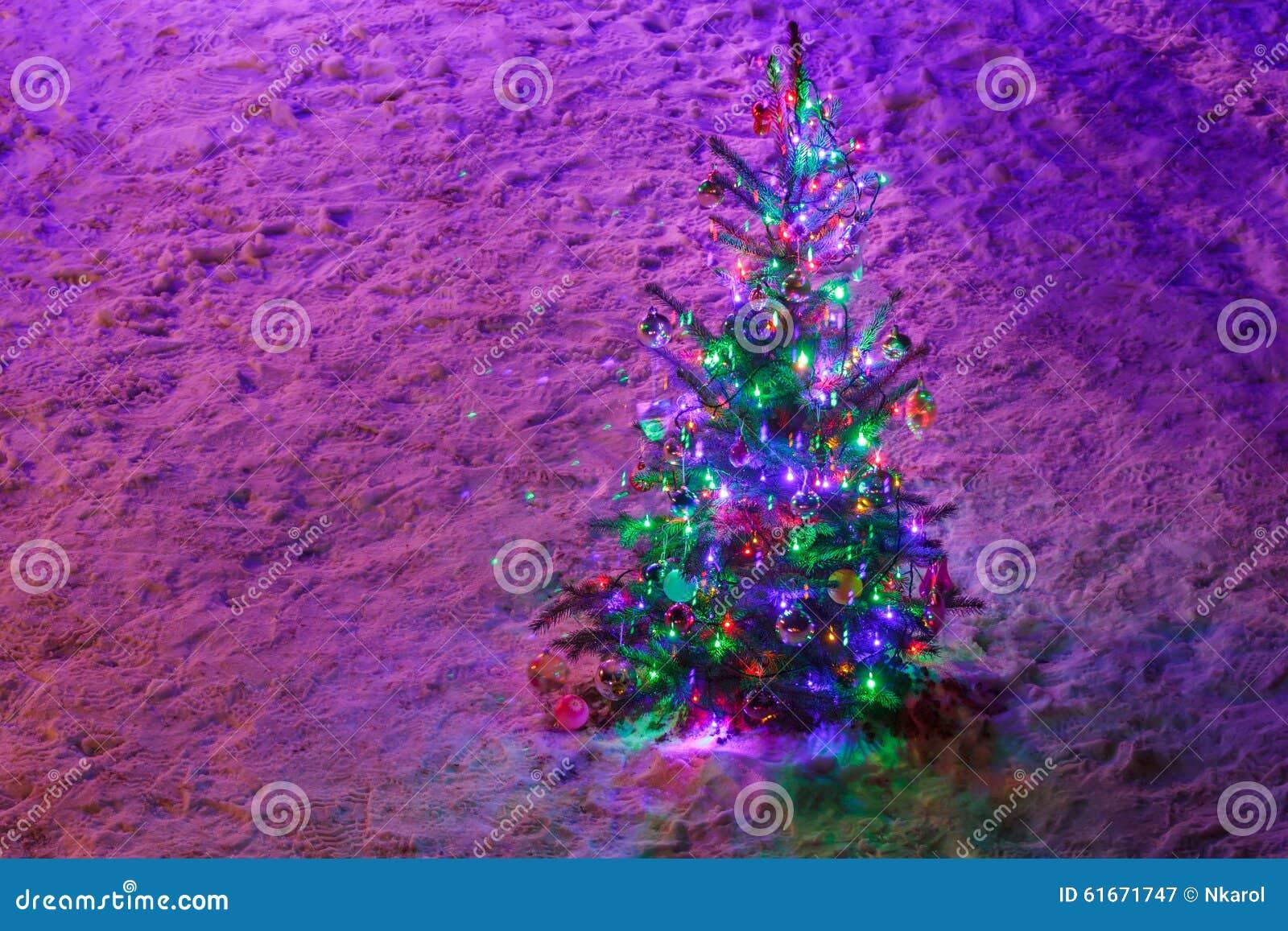 Volledig Verfraaide Verlichte Kerstboom Met Ornamenten Op Sneeuw ...