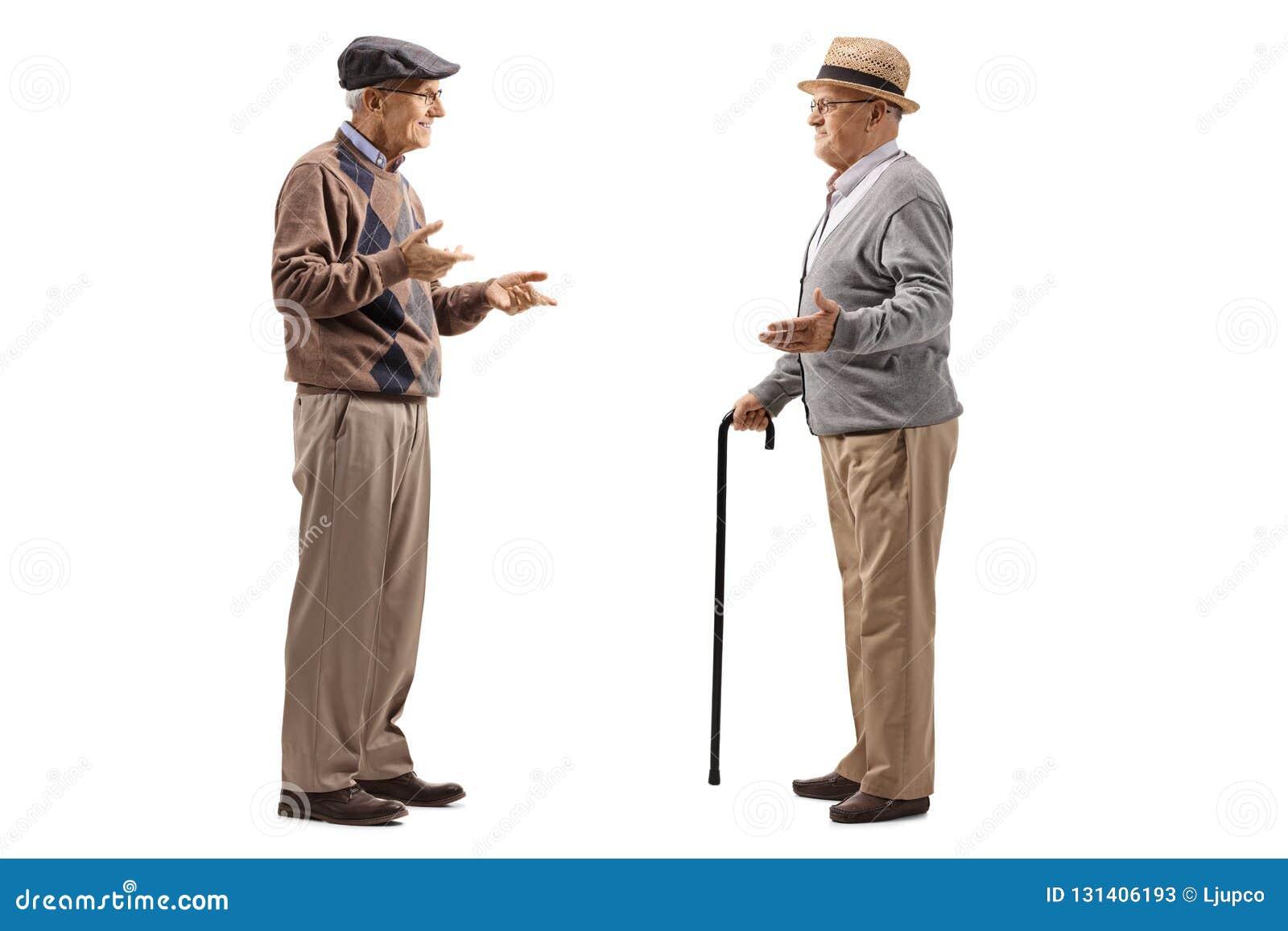 Volledige die lengte van twee bejaarden wordt geschoten die een gesprek hebben