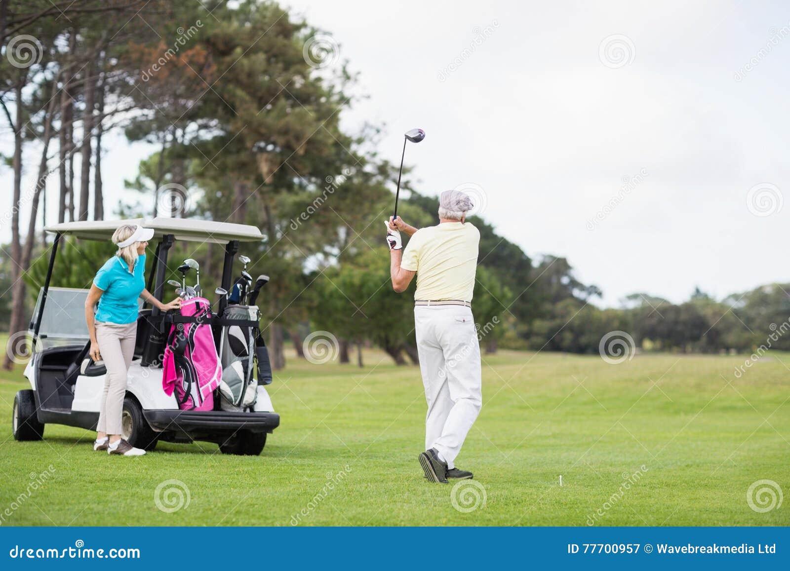 Volledige lengte die van de mens schot neemt bij golfcursus