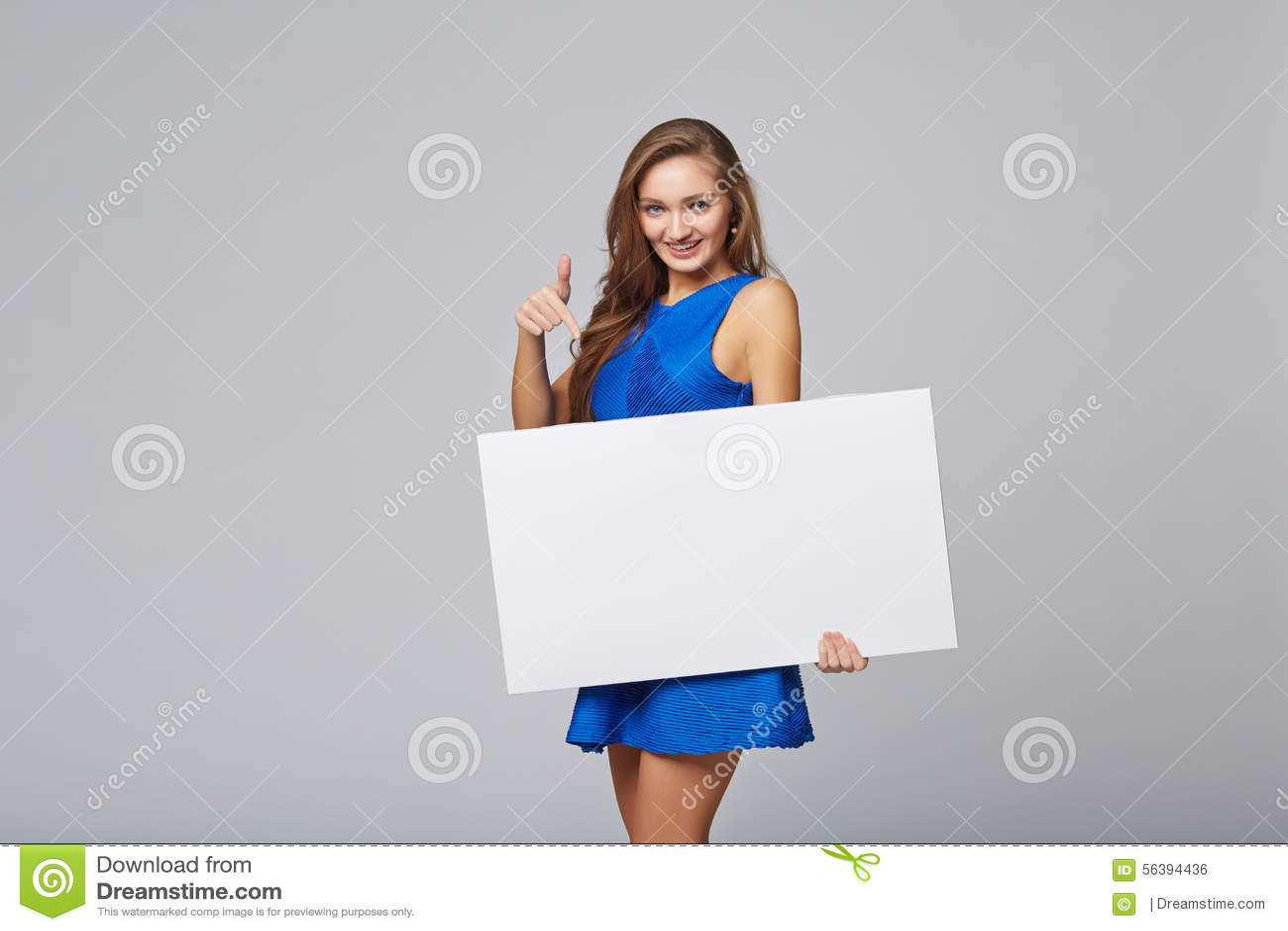Volledige lengte die van mooie vrouw, witte bl houden zich erachter bevinden