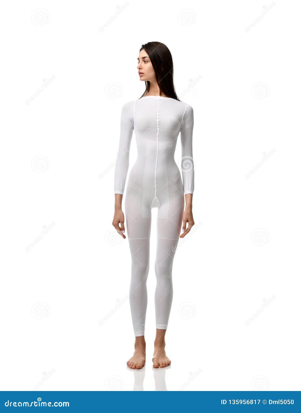 Volledige lichaams donkerbruine vrouw in witte kostuumdoek voor éénmalig gebruik klaar voor medische het experiment volledige len