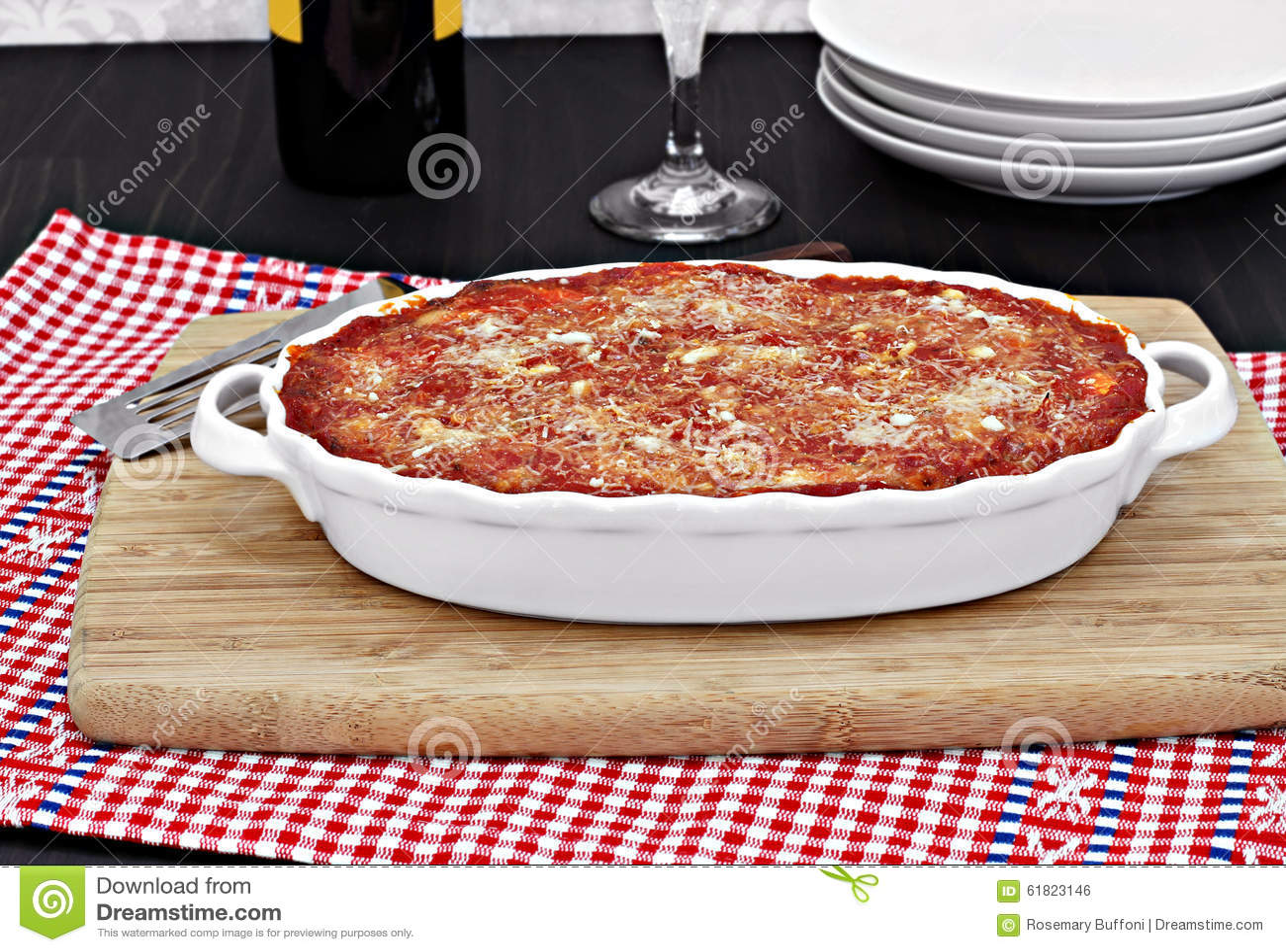 Volledige ovale witte bakselpan van gebakken aubergine of lasagna s