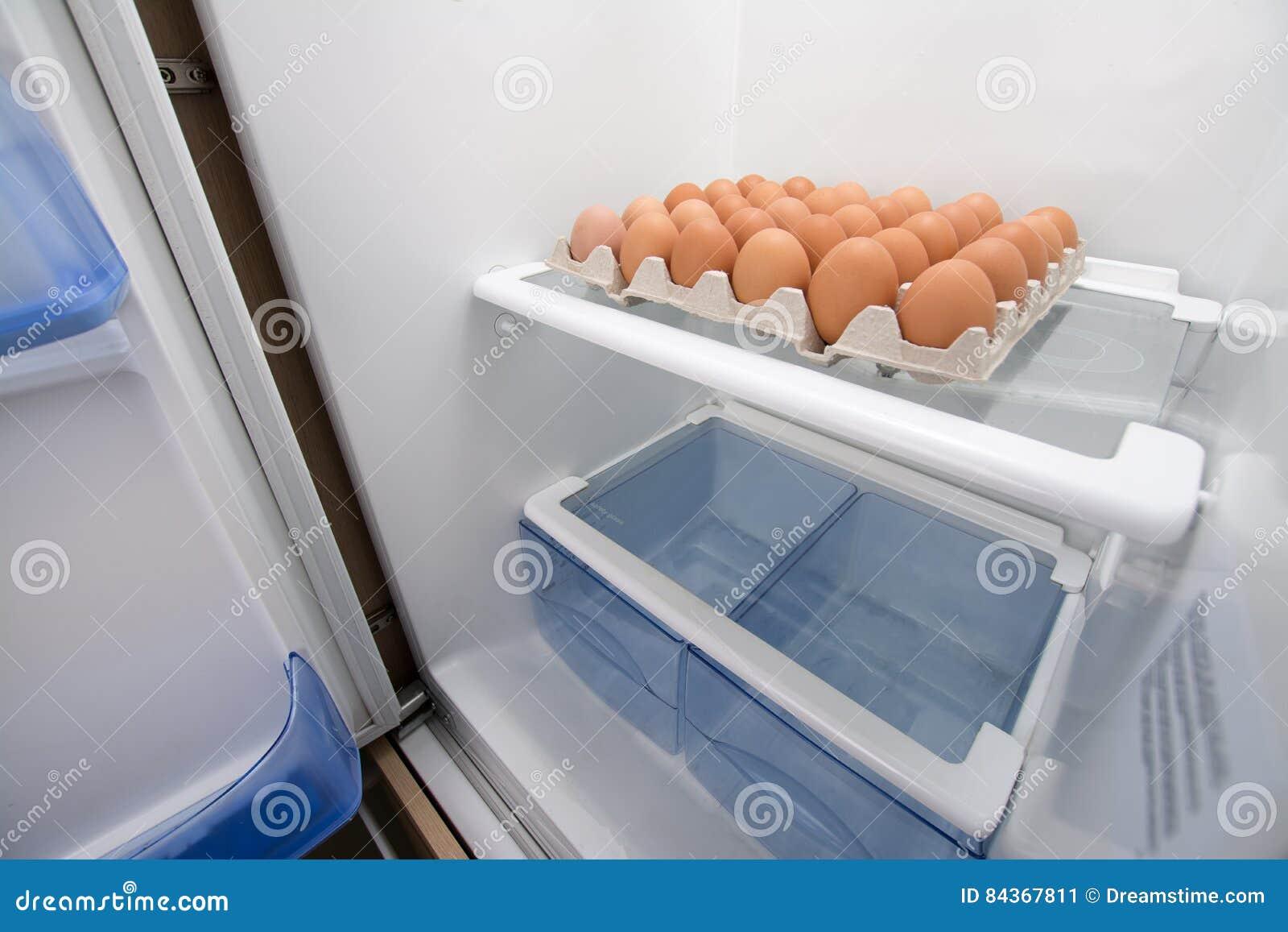 Kühlschrank Ei : Voller kasten eier in einem leeren kühlschrank stockbild bild