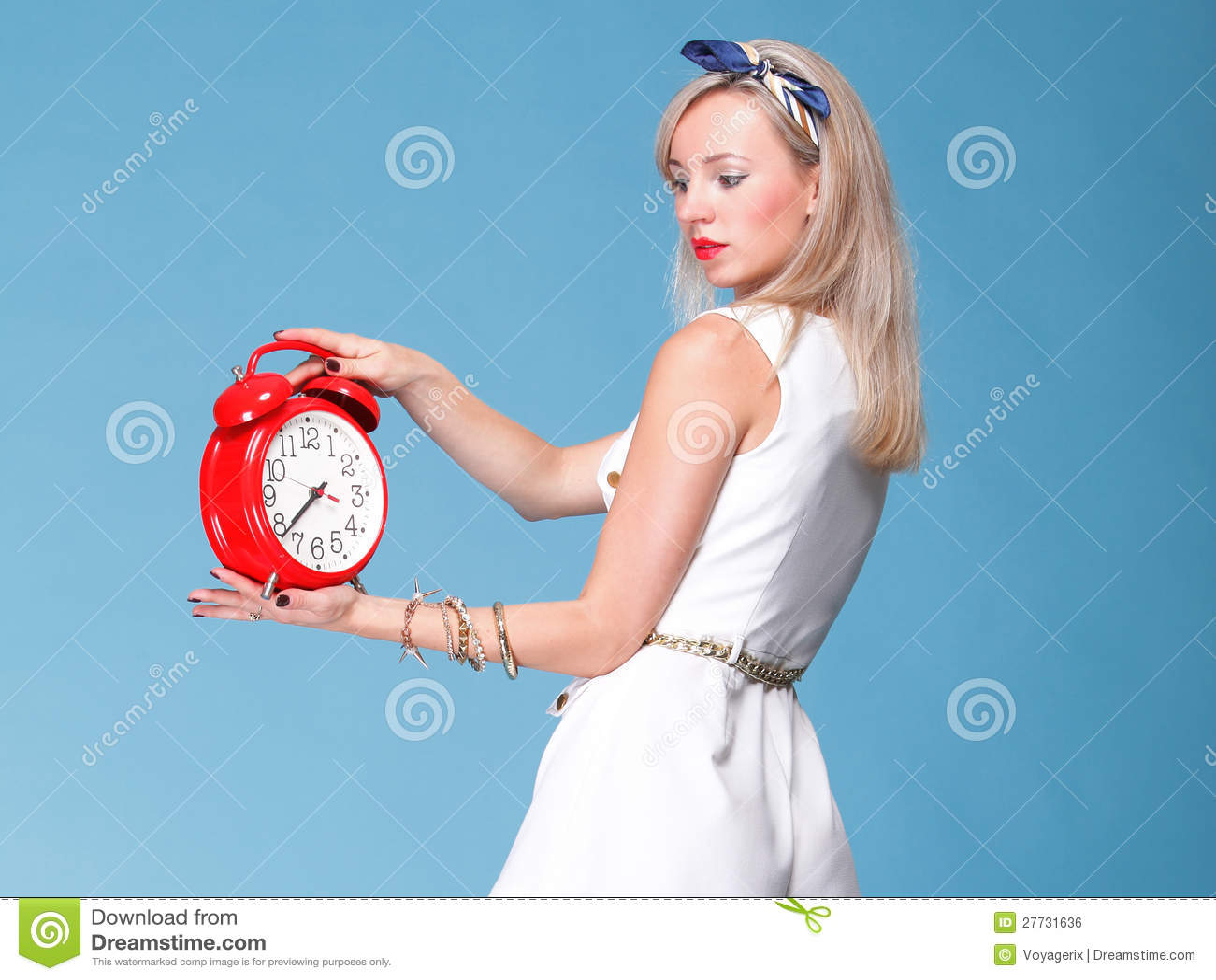In voller Länge Rotborduhr der recht jungen Frau des Portraits