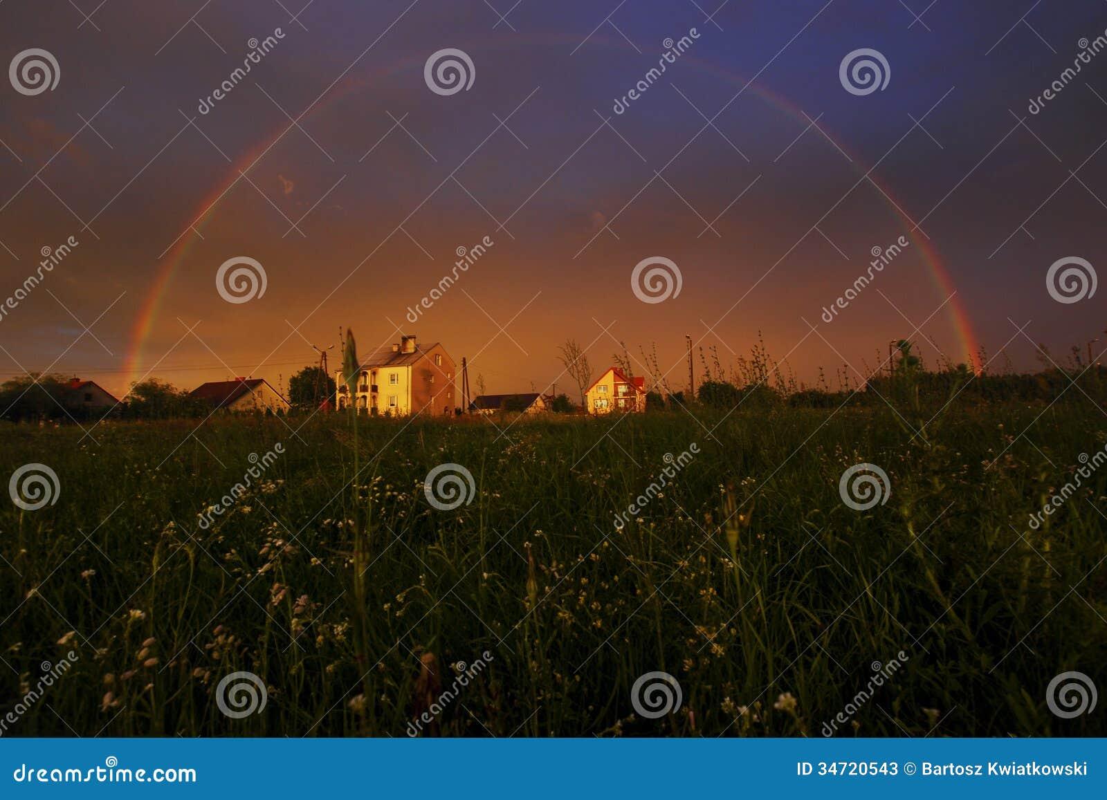 Voller Regenbogen bei Sonnenuntergang