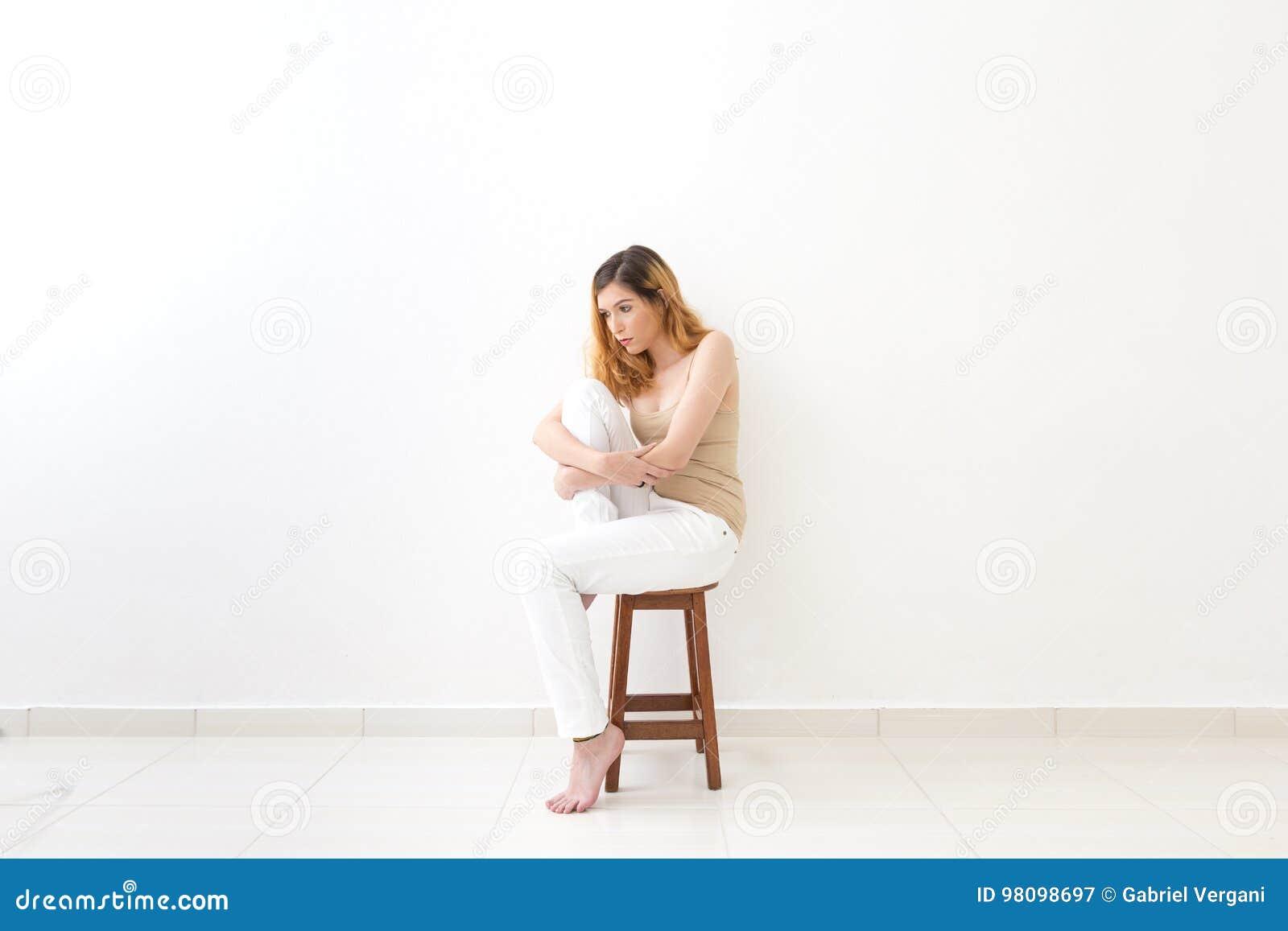 Volles Körperbild Der Frau Ein Knie Umarmend Gedanken Der ...