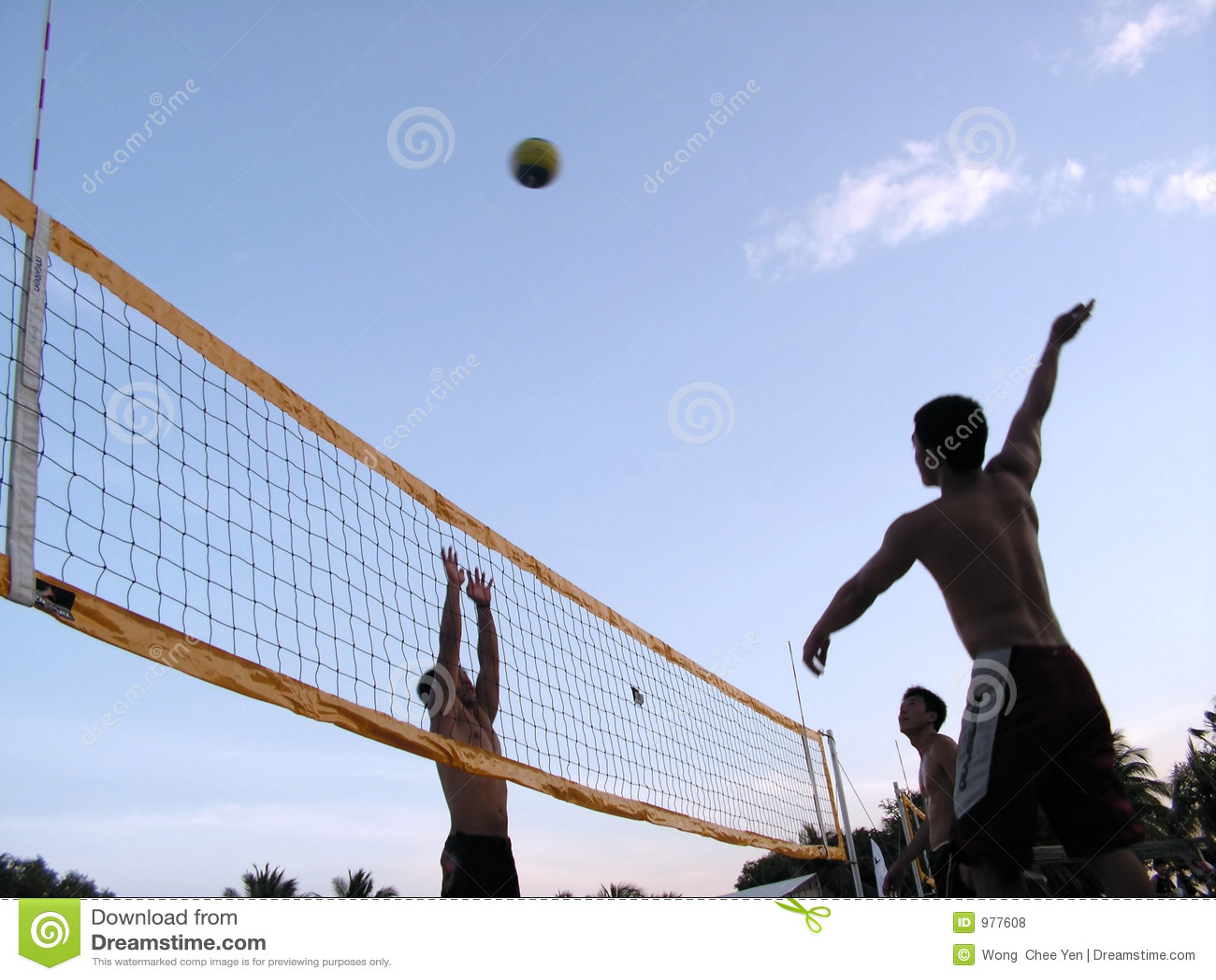 Volleyball bij zonsondergangschemering