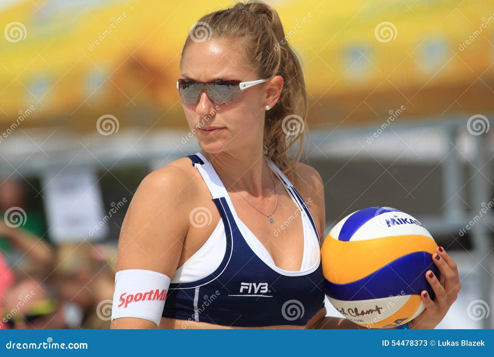 f8266c2b8c La coordonnée de Nicole Eiholzer dans le match du rond 2 dans Prague ouvert  dans le volleyball de plage entre Betschart/Eiholzer et Eduarda/Elize Maia  tenue ...