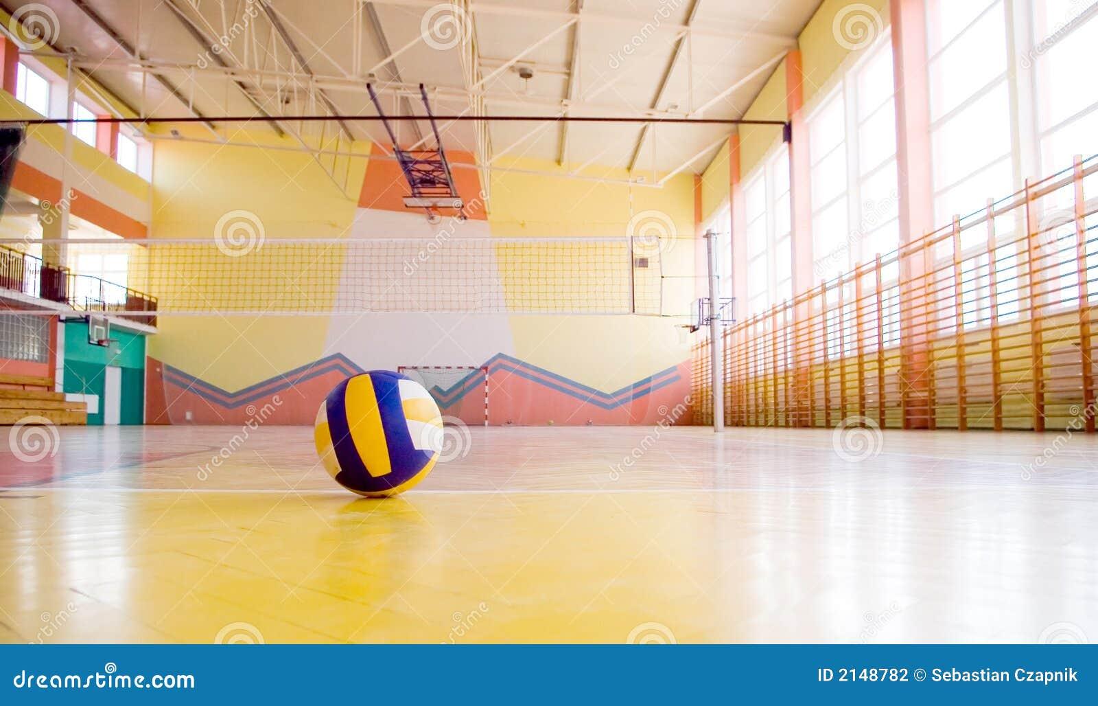 Volleyball in een gymnastiek.
