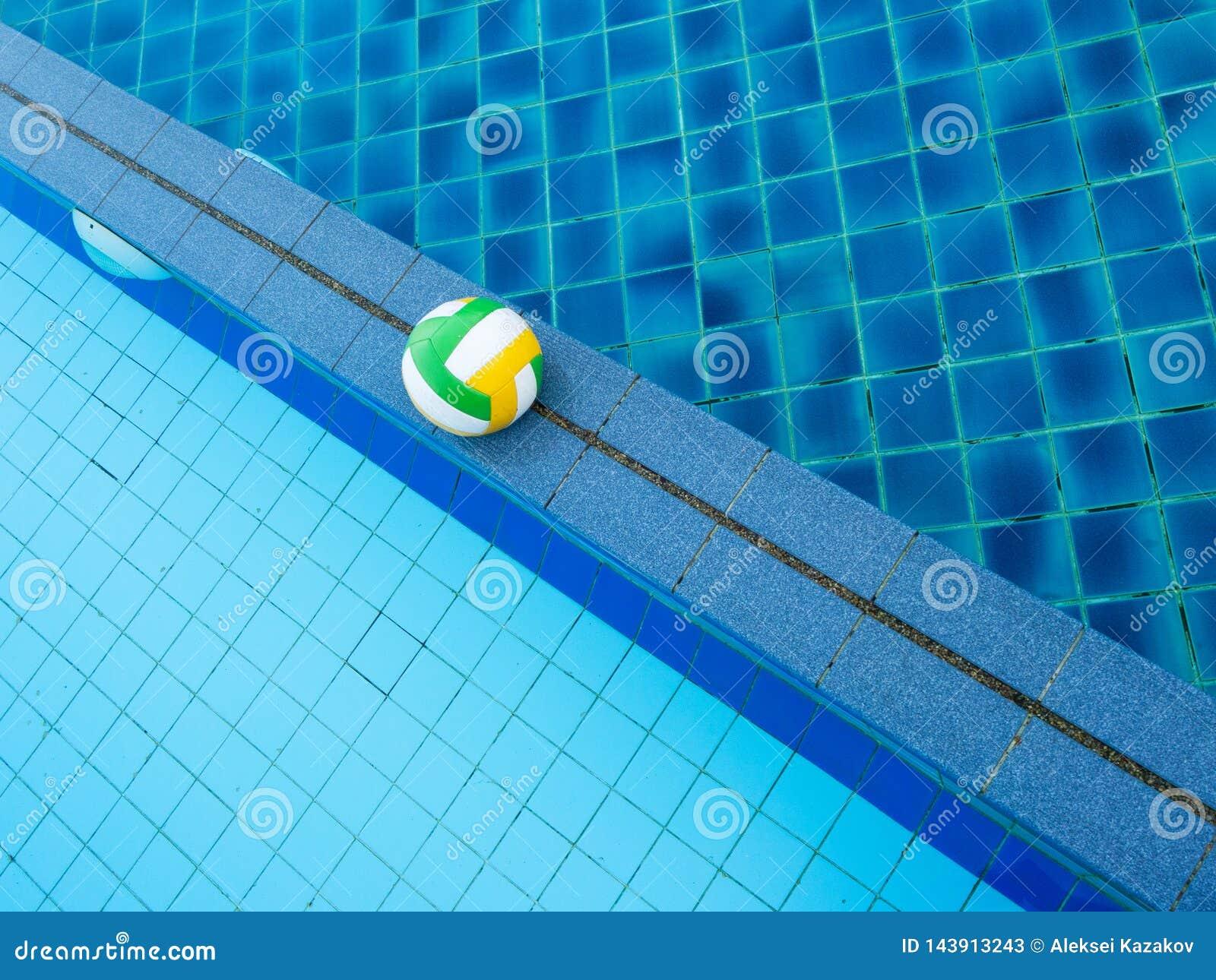 Volleybollbollflöten i den blåa pölen