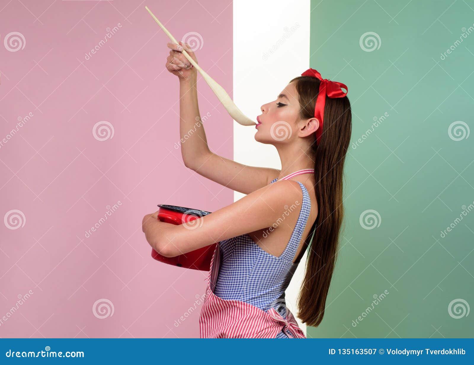 Vollkommene Hausfrau Stift herauf Frau mit modischem Make-up Hübsches Mädchen in der Weinleseart Retro- Frau, die in der Küche ko