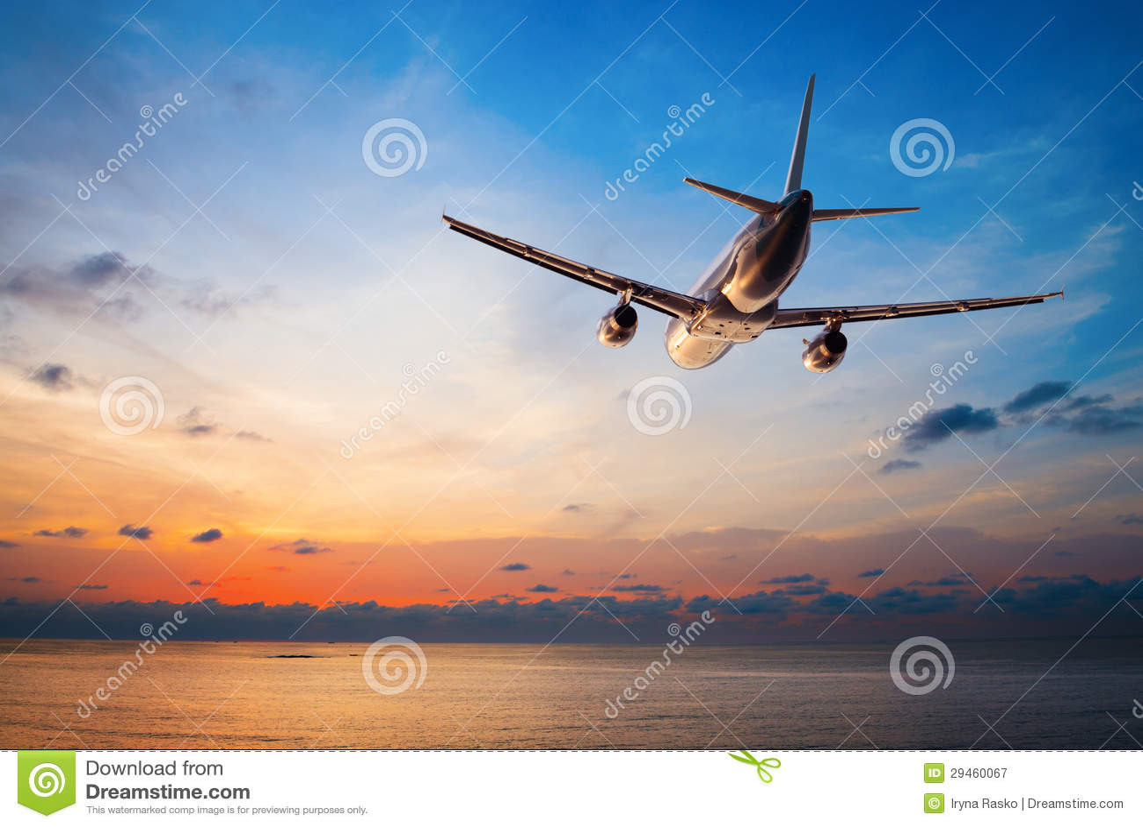 Volo dell aeroplano al tramonto