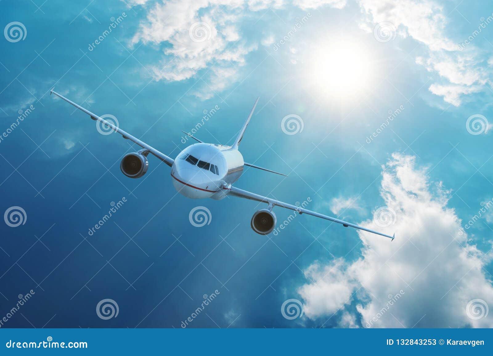 Volo dell aeroplano in cielo blu con le nuvole Concetto del trasporto e di viaggio