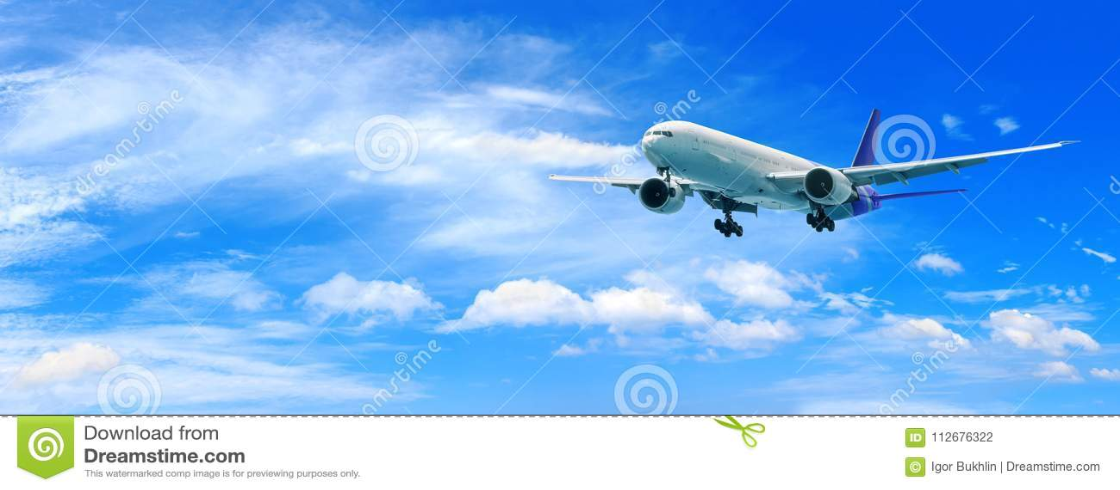 Volo dell aeroplano del passeggero sopra le nuvole Vista dall aereo della finestra al cielo stupefacente con le belle nuvole