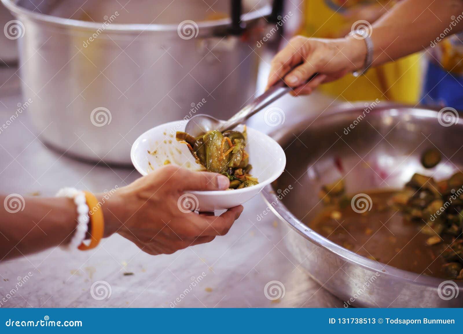 Volontär att mata det hungrigt i samhälle: Begreppet av att donera mat till det fattigt i samhälle