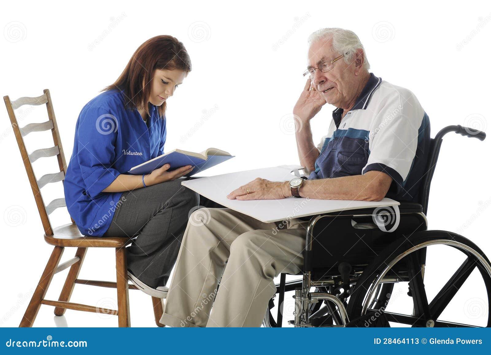 Volontaire avec les personnes âgées