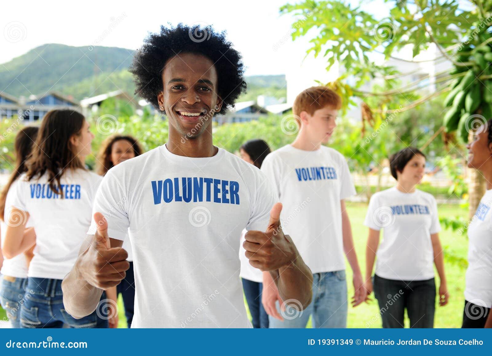 Volontaire heureux d afro-américain