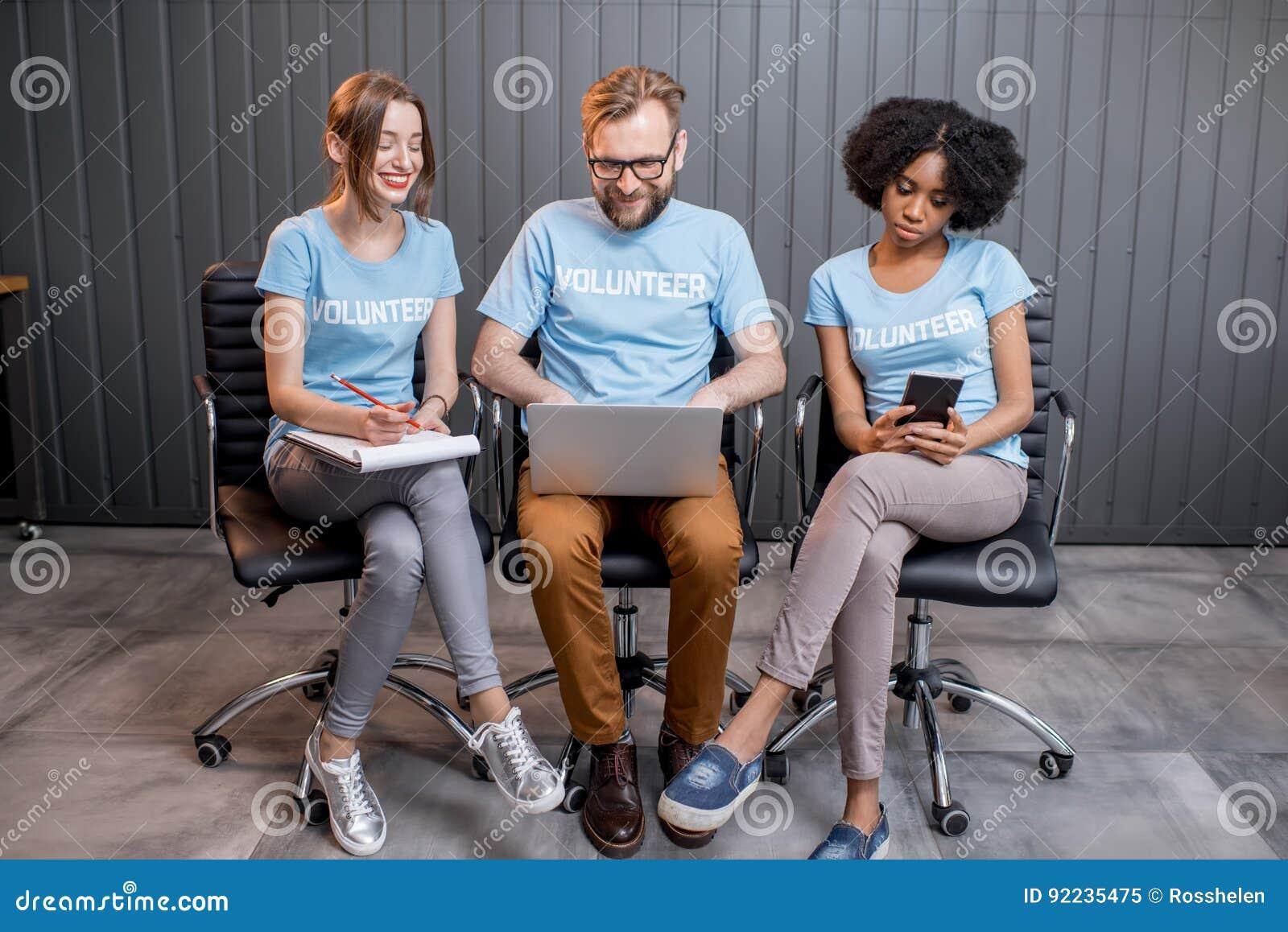 Volontari che lavorano all ufficio